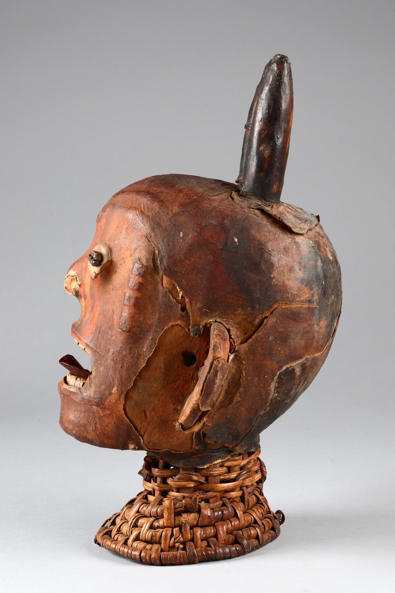 Anthropomorpher Kopfaufsatz mit Hörnern