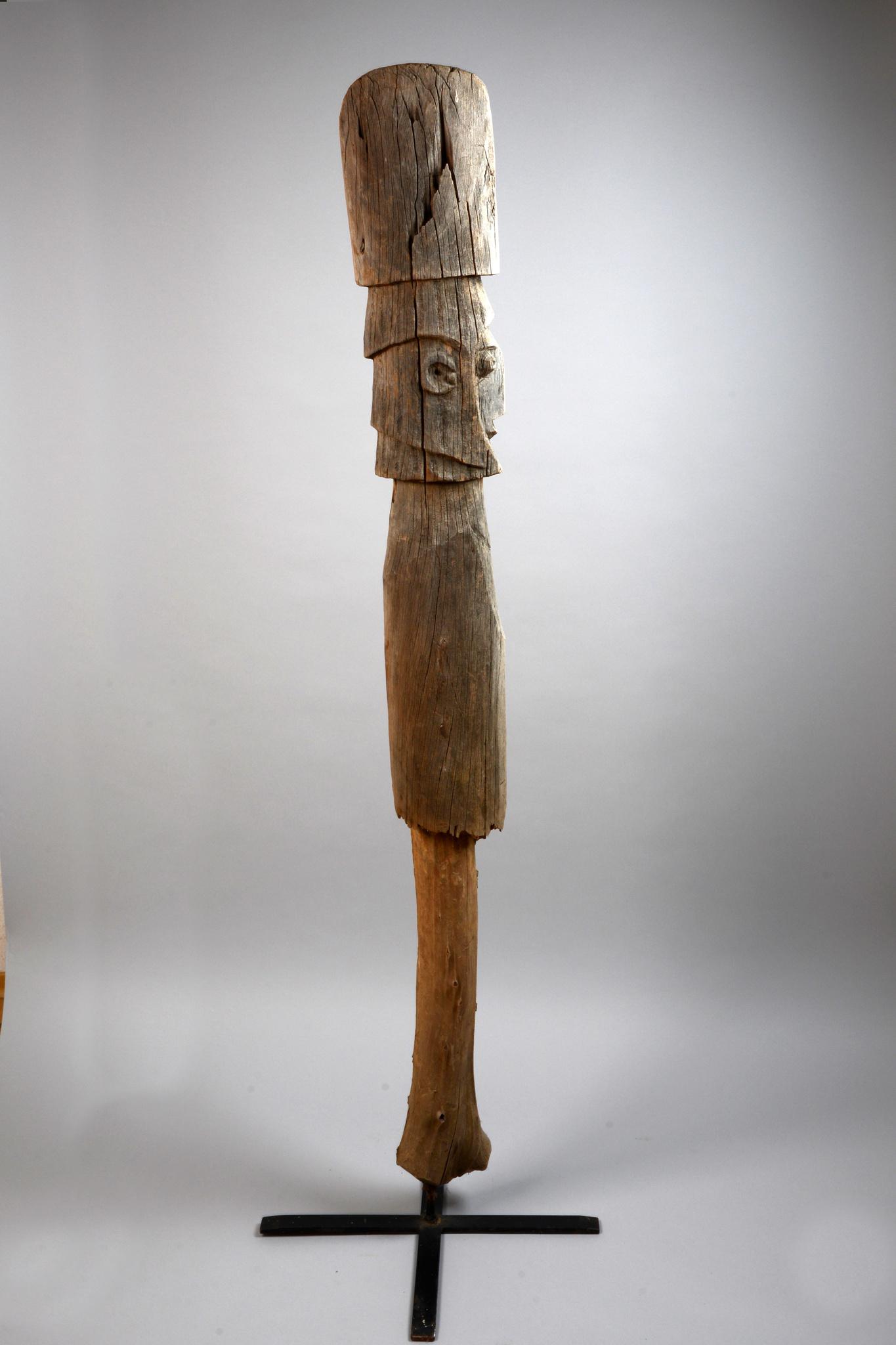 Pfahlförmige Gedenkskulptur