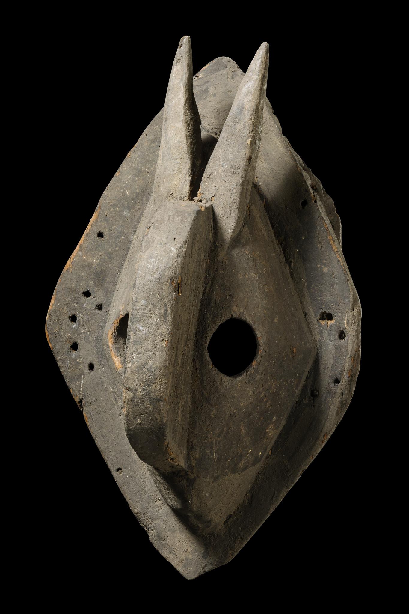 Maske mit spitzen Hörnern