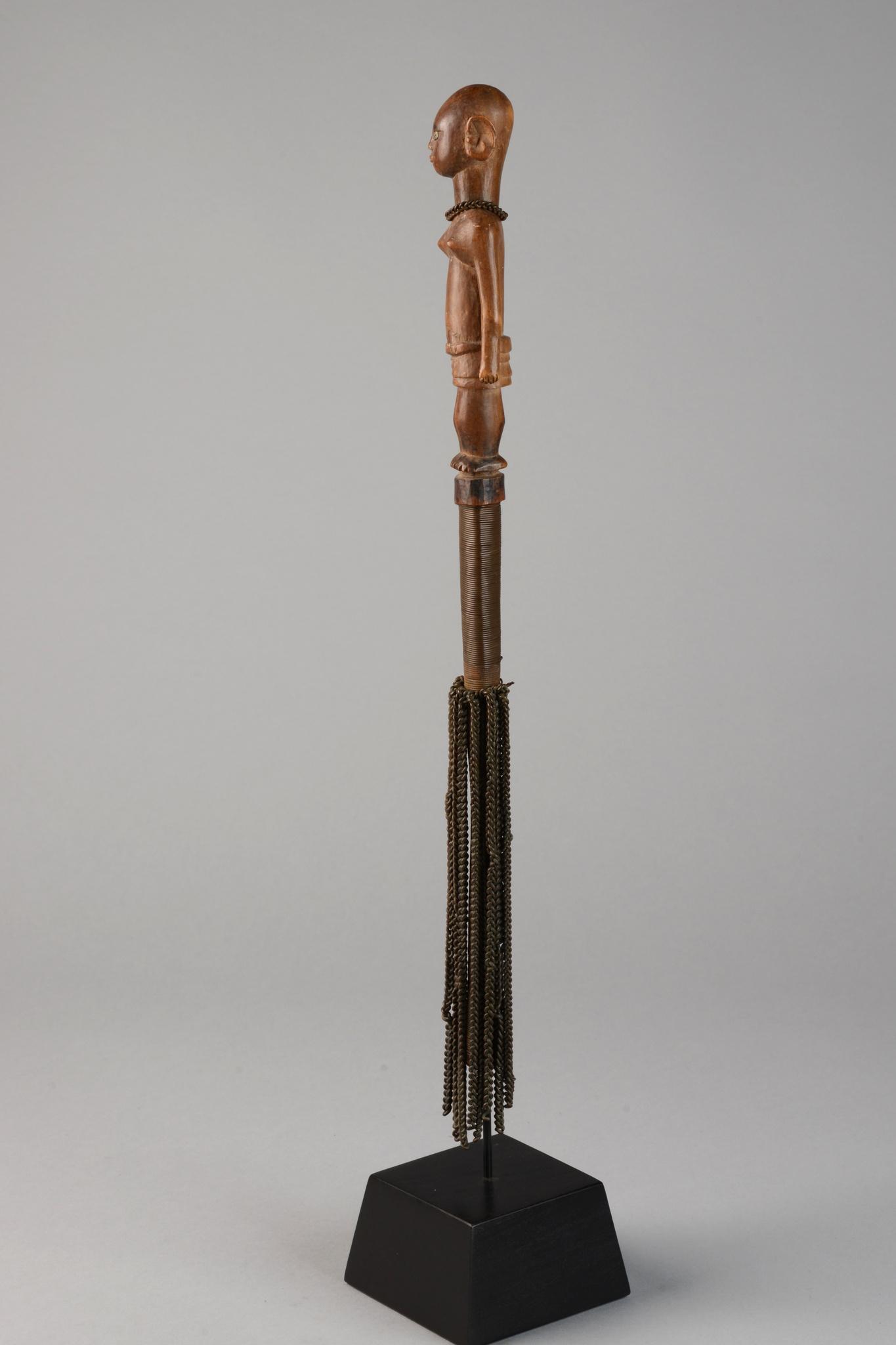 Oberteil eines figural beschnitzten Stabes