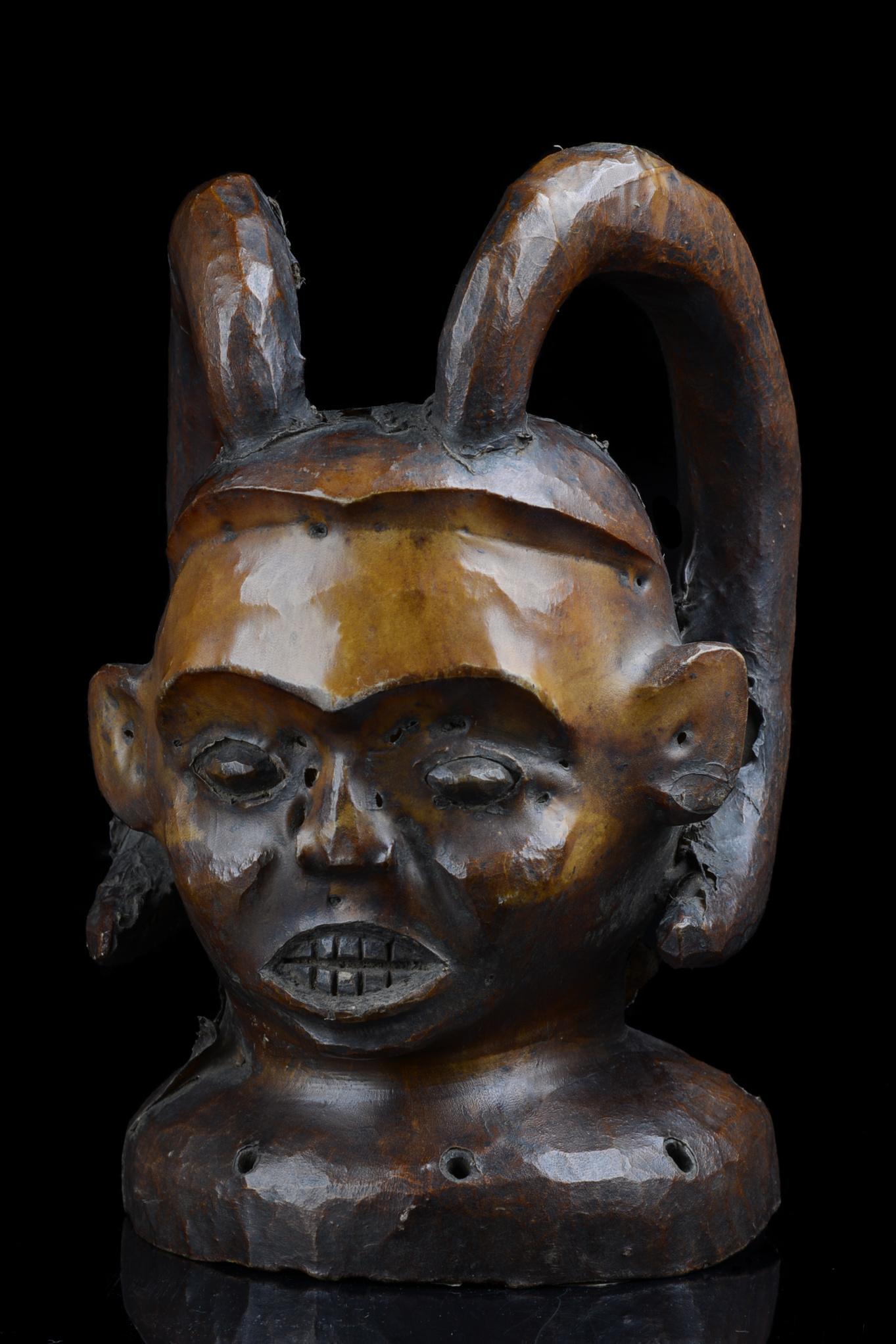 Anthropomorphic dance crest with horns