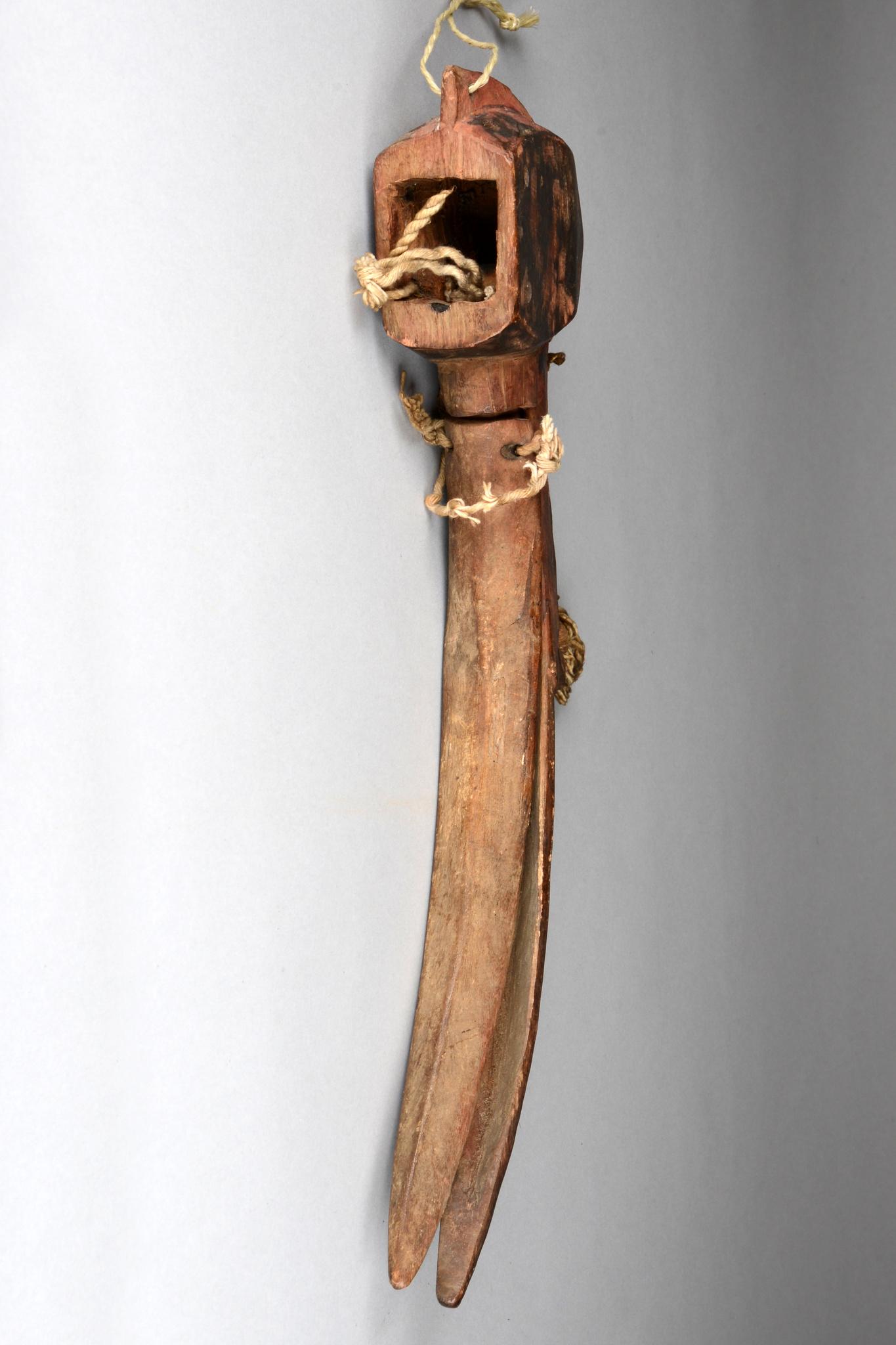 Tanzaufsatz in Form eines Vogelkopfes (Hornrabe)
