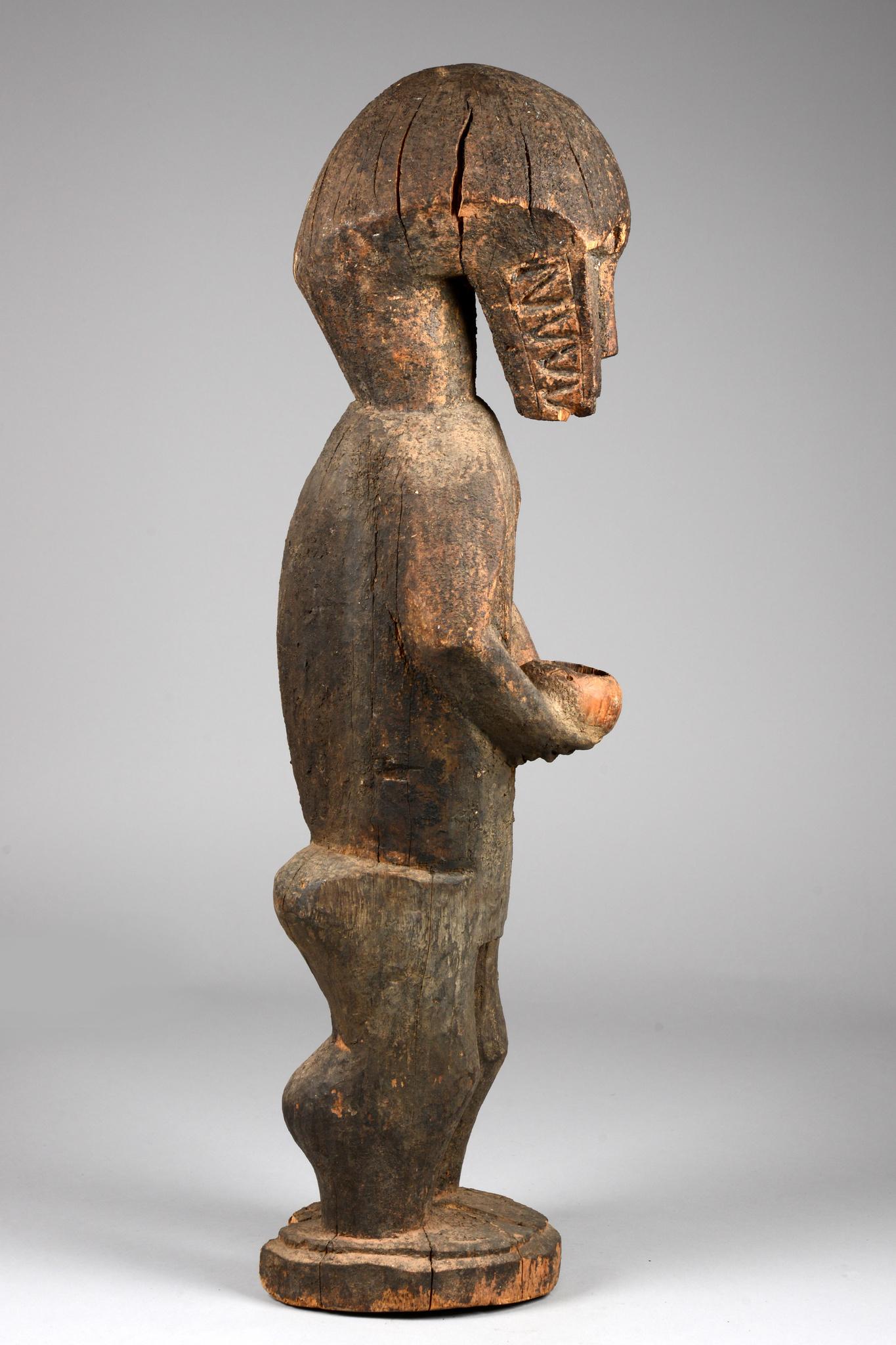 "Figure anthropomorphe d´un singe portant un bol ""amwin"" ou ""amwin ba"""