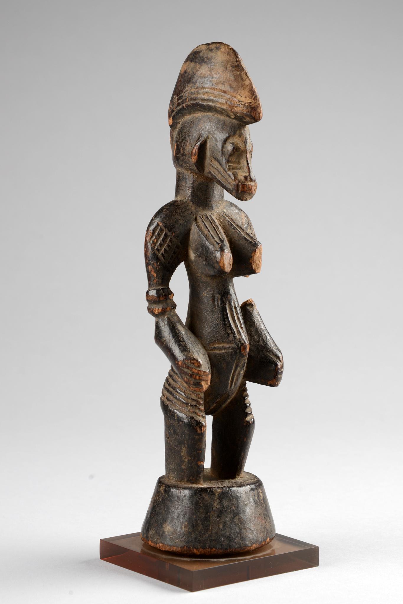 """Stehende weibliche Figur """"tugubele"""""""