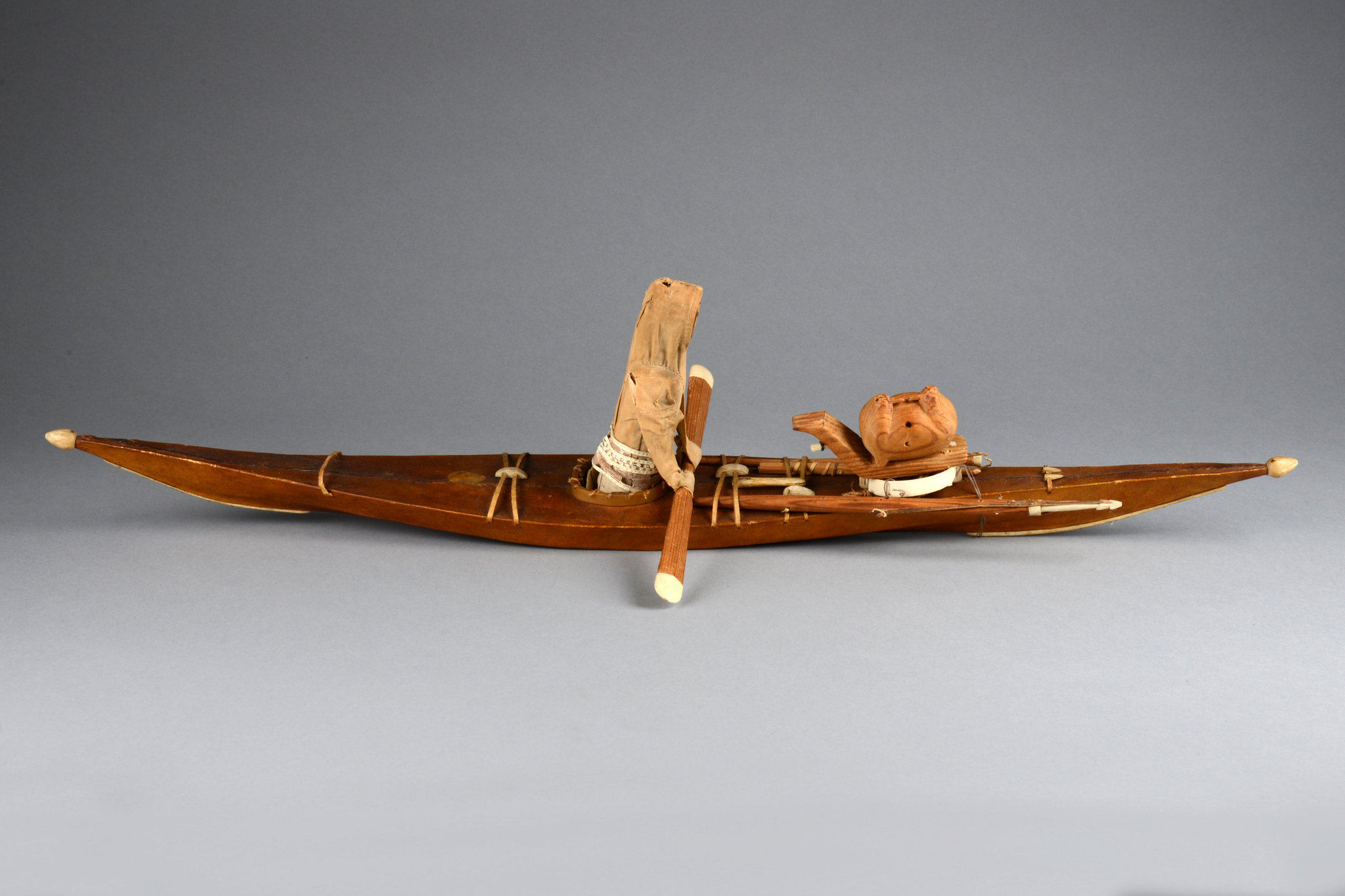 Modell eines Inuit-Kajaks