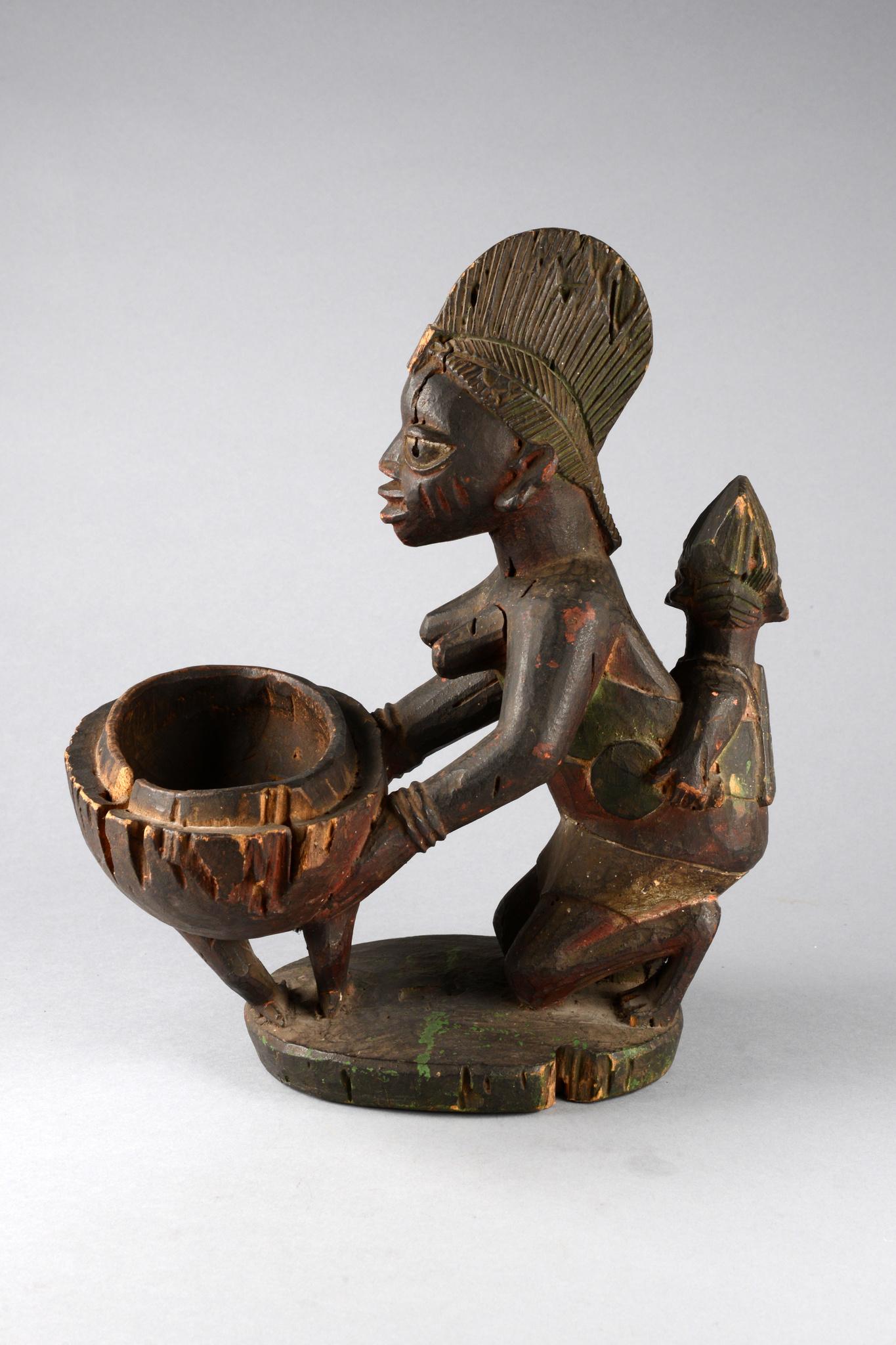 """Kniende weibliche Figur mit Schale """"olumeye"""""""