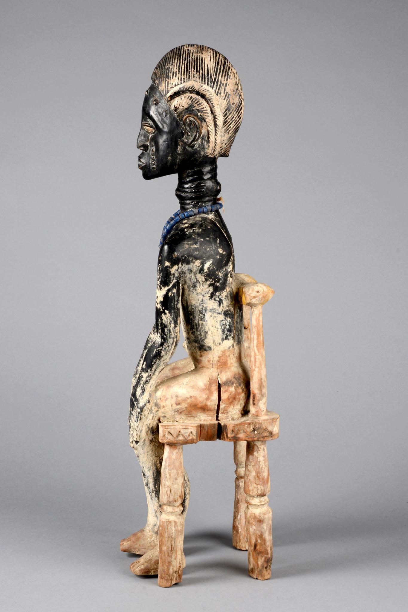 Sitzende männliche Figur