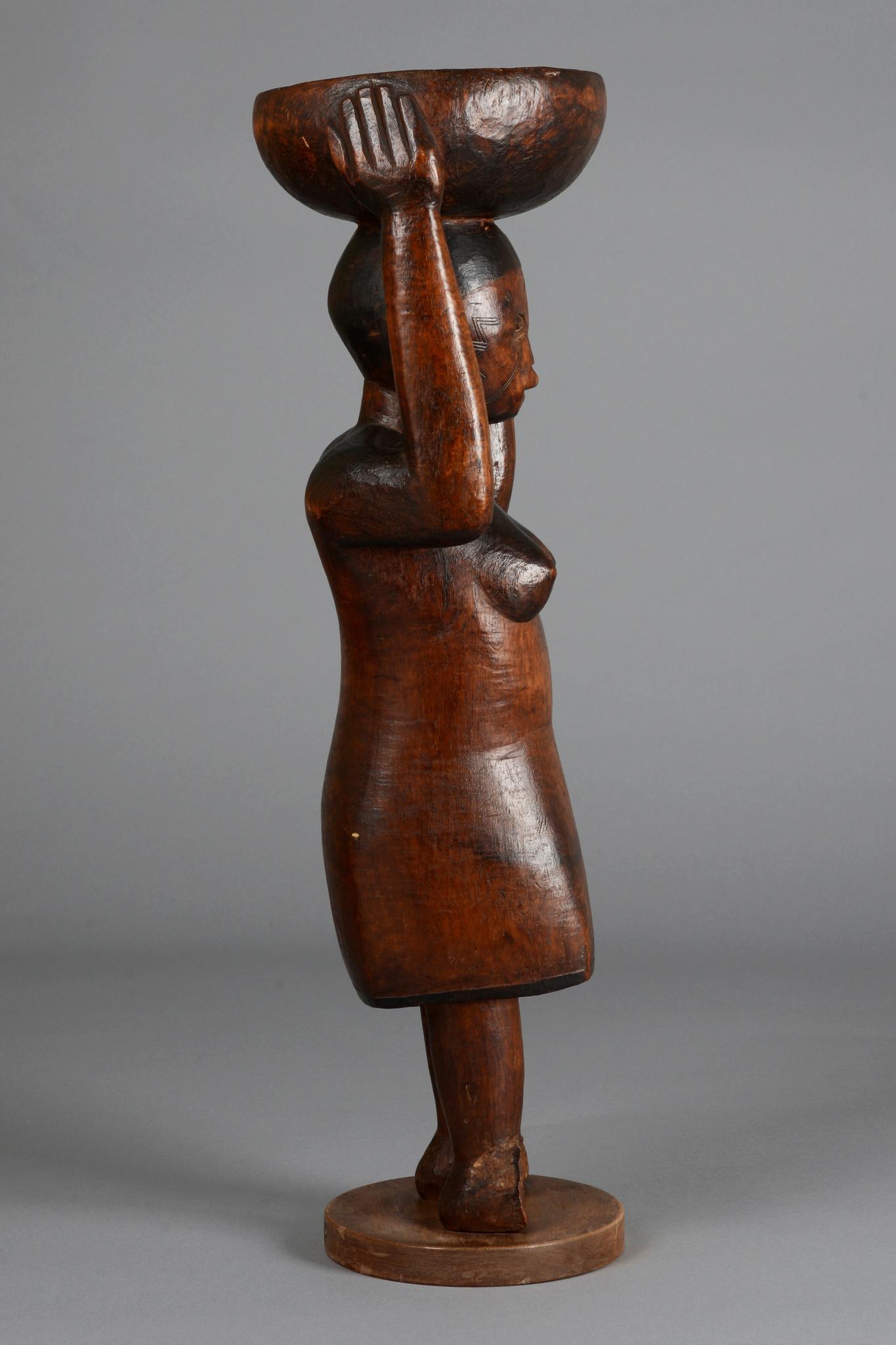 Weibliche Schalenträgerfigur, vor 1920