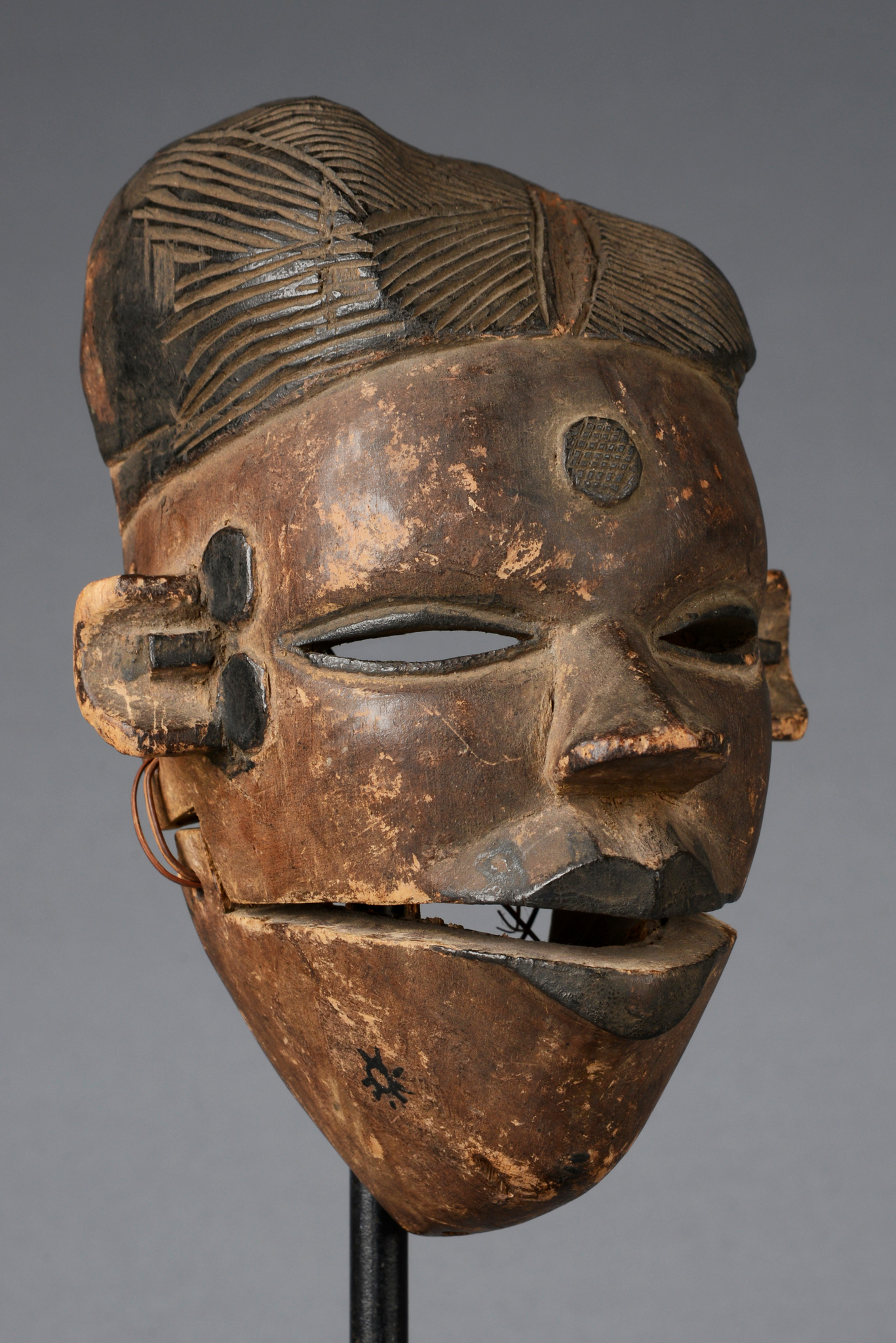 """Mask with articulated lower jaw """"elu"""" (spirit)"""