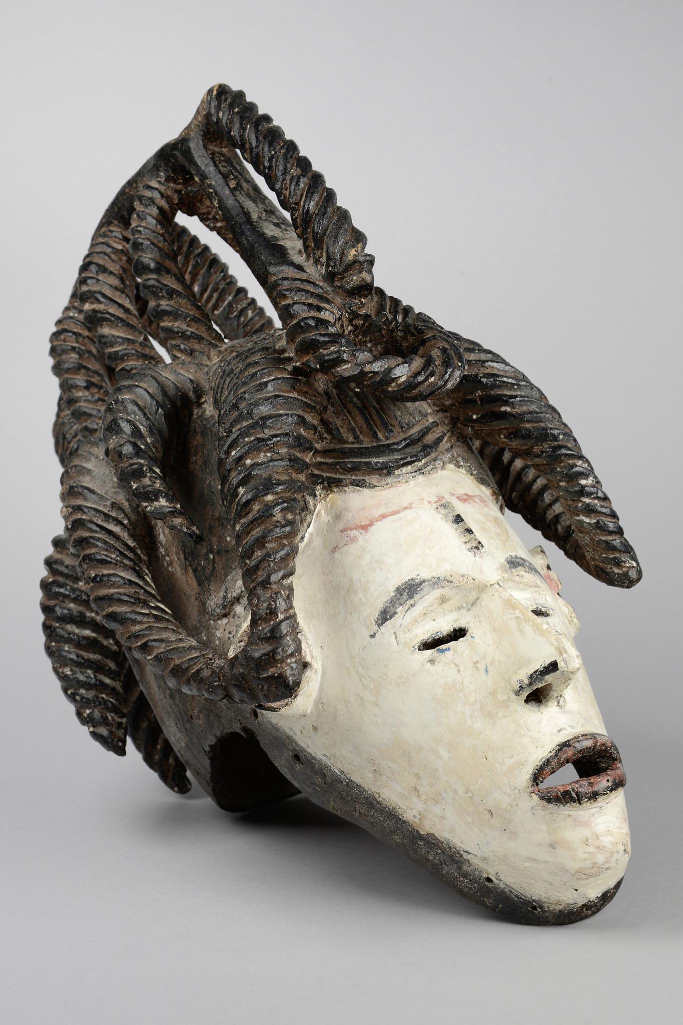 """Helmmaske """"agbogho mmwo"""" (""""Geist eines jungen Mädchens"""")"""
