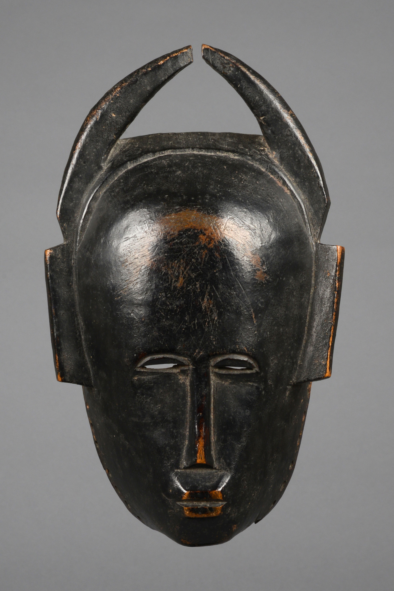 Anthropomorphic mask with horns