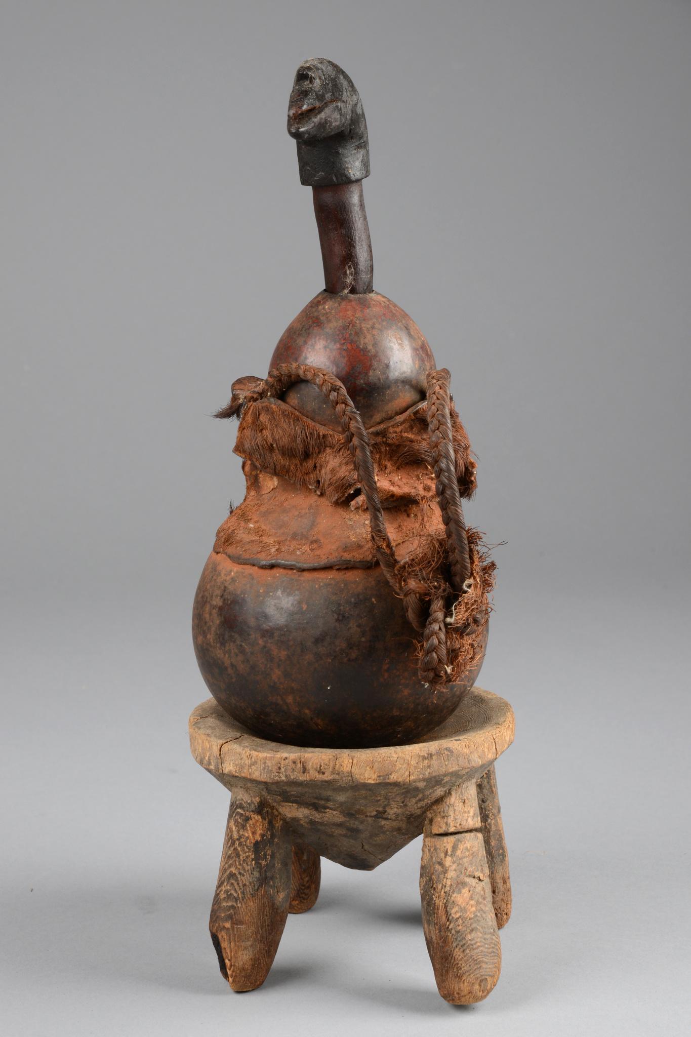 Kalebasse mit Stuhl