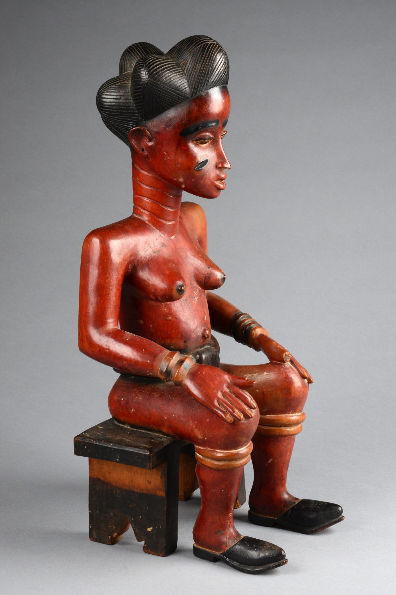 Sitzende weibliche Figur im Colonstil