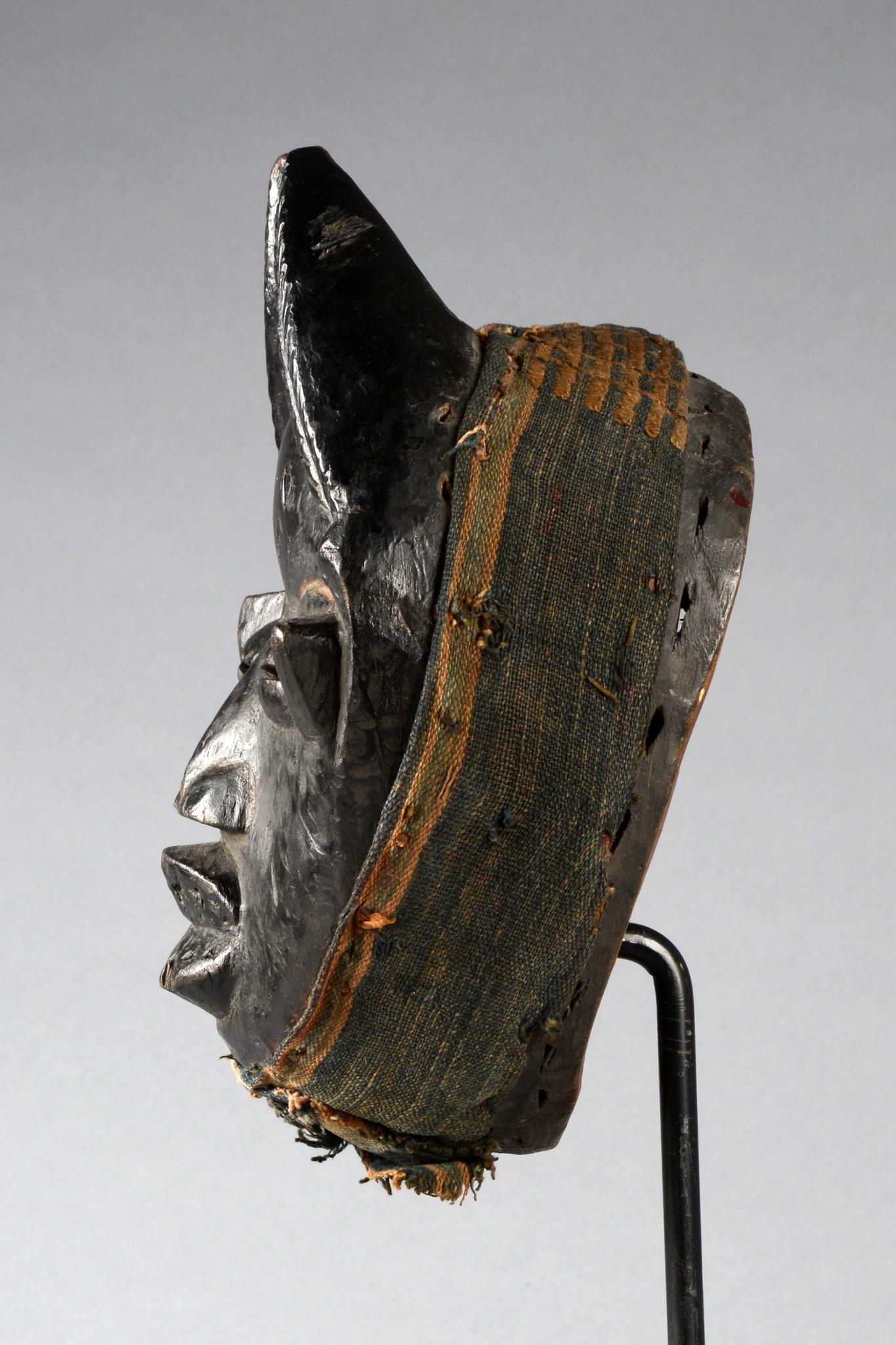 Anthropomorphe Maske mit Hörnern