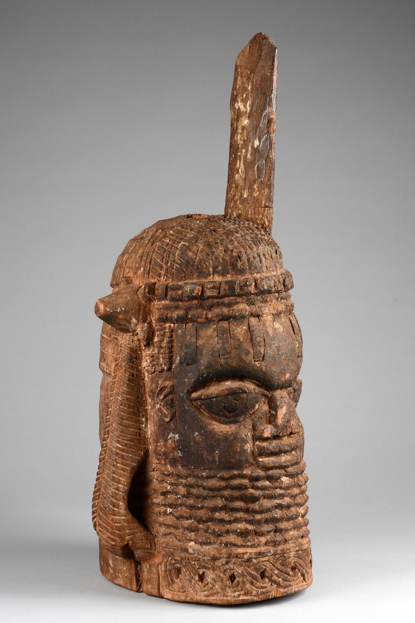 """Big memorial head of an """"oba"""""""