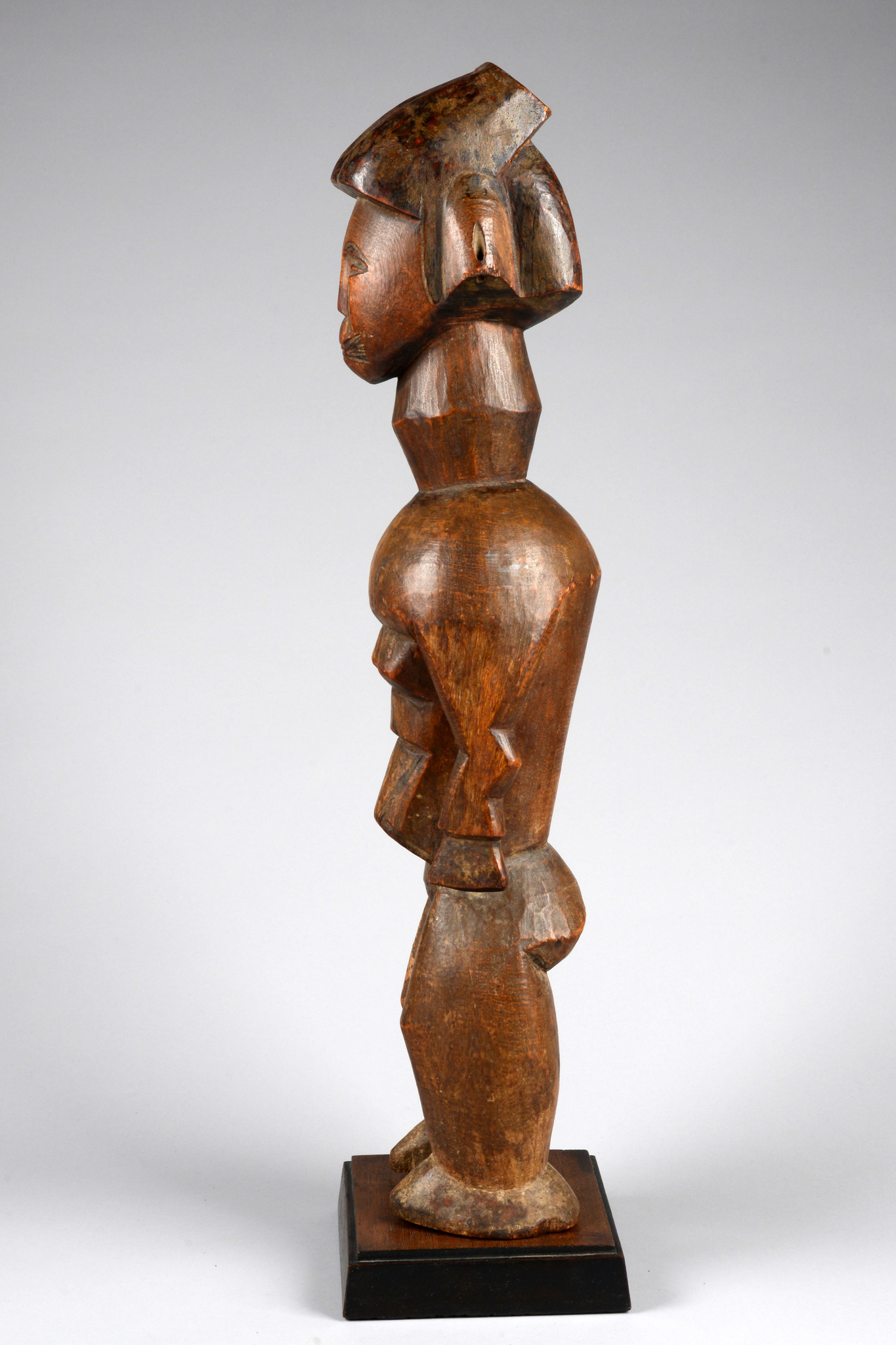 Seltene stehende weibliche Figur