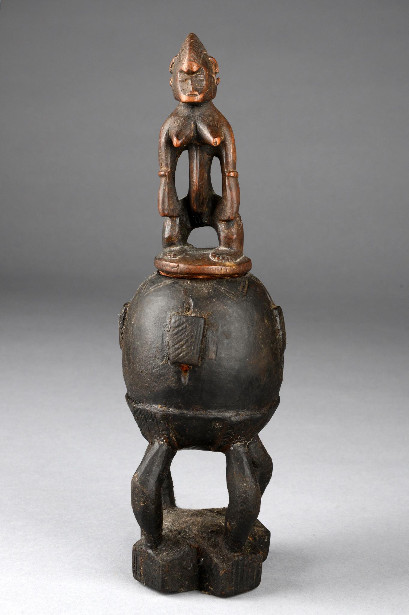 Figural beschnitzter Behälter