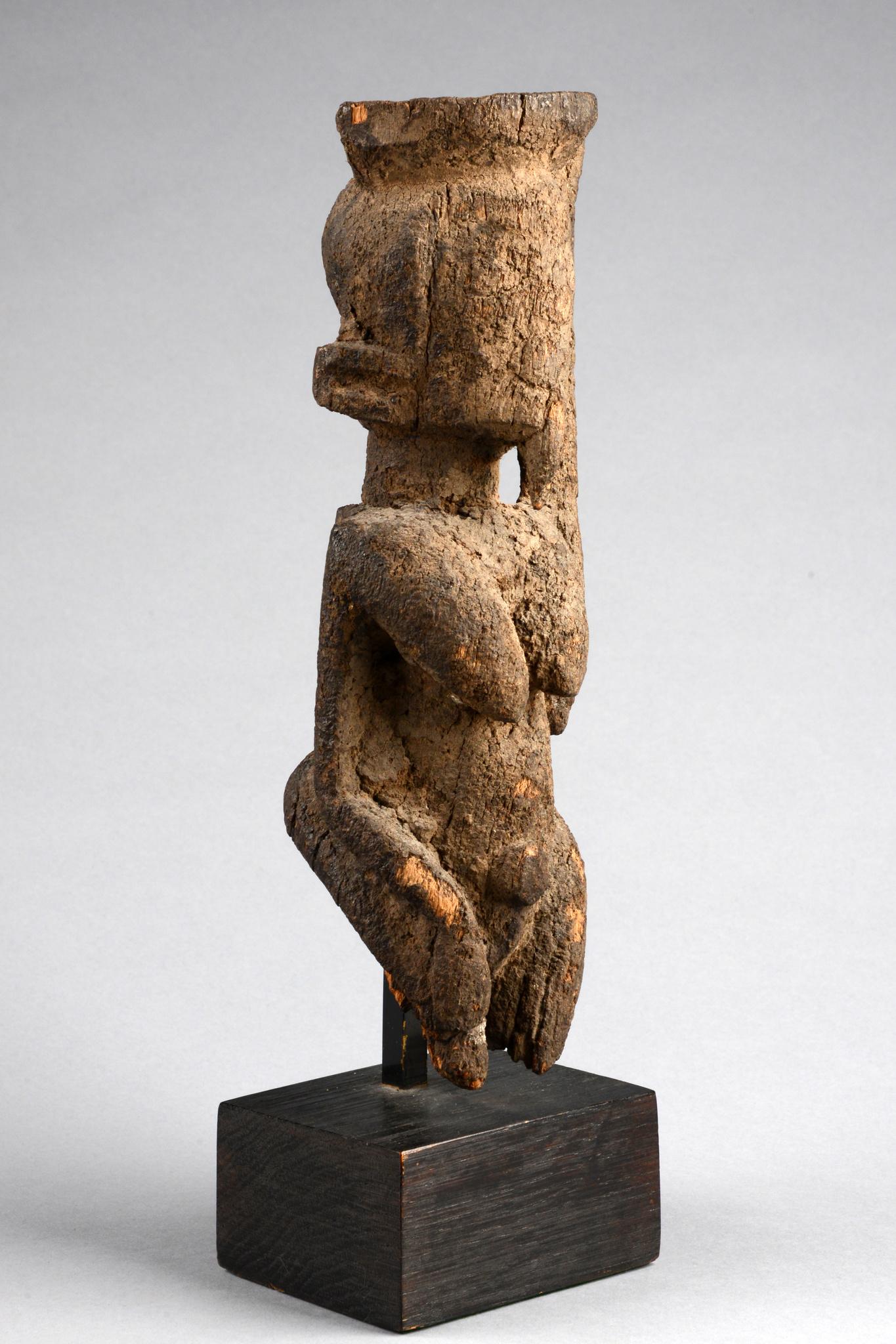 Kniende weibliche Figur
