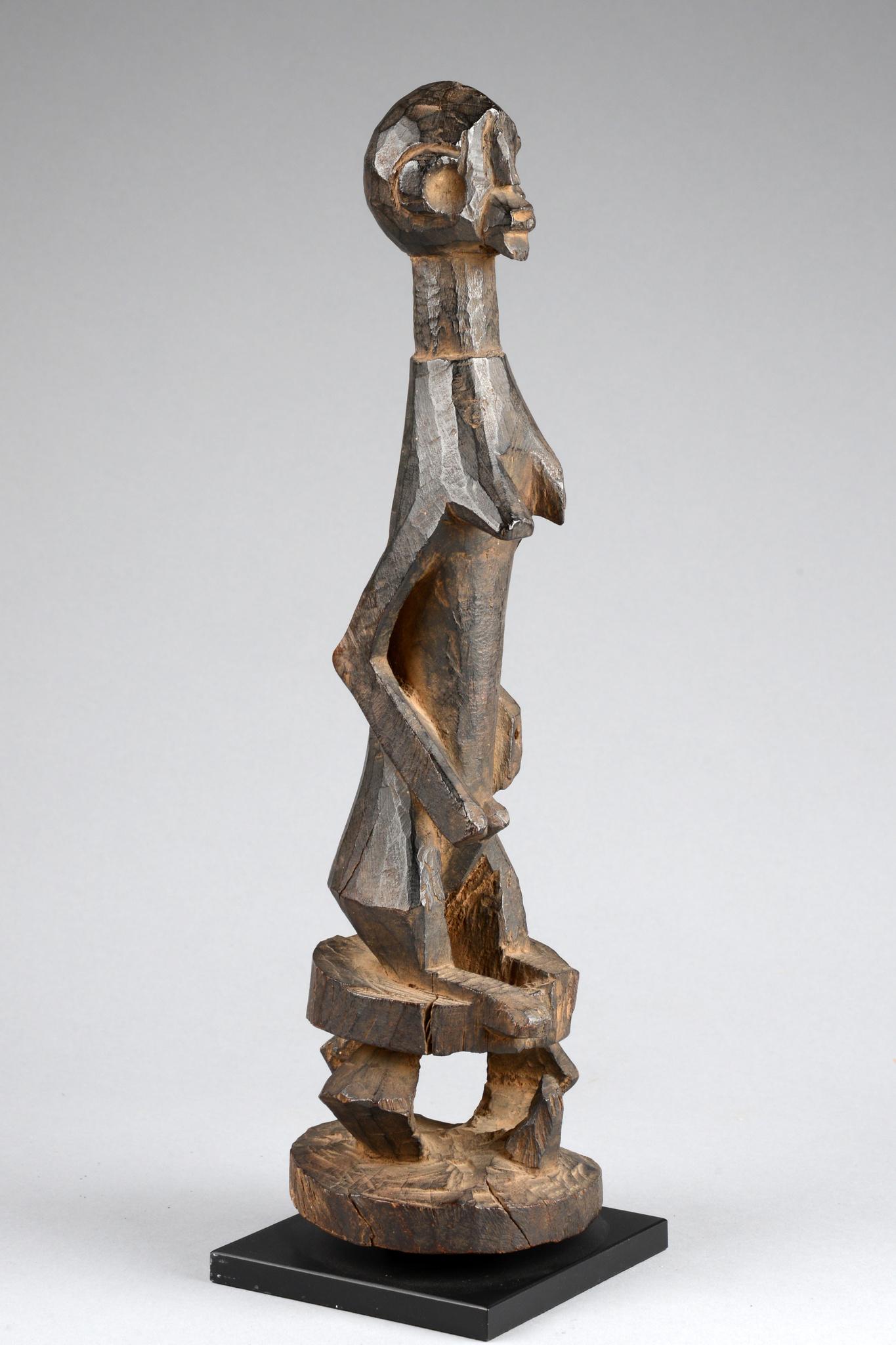 Stehende weibliche Figur auf Hocker