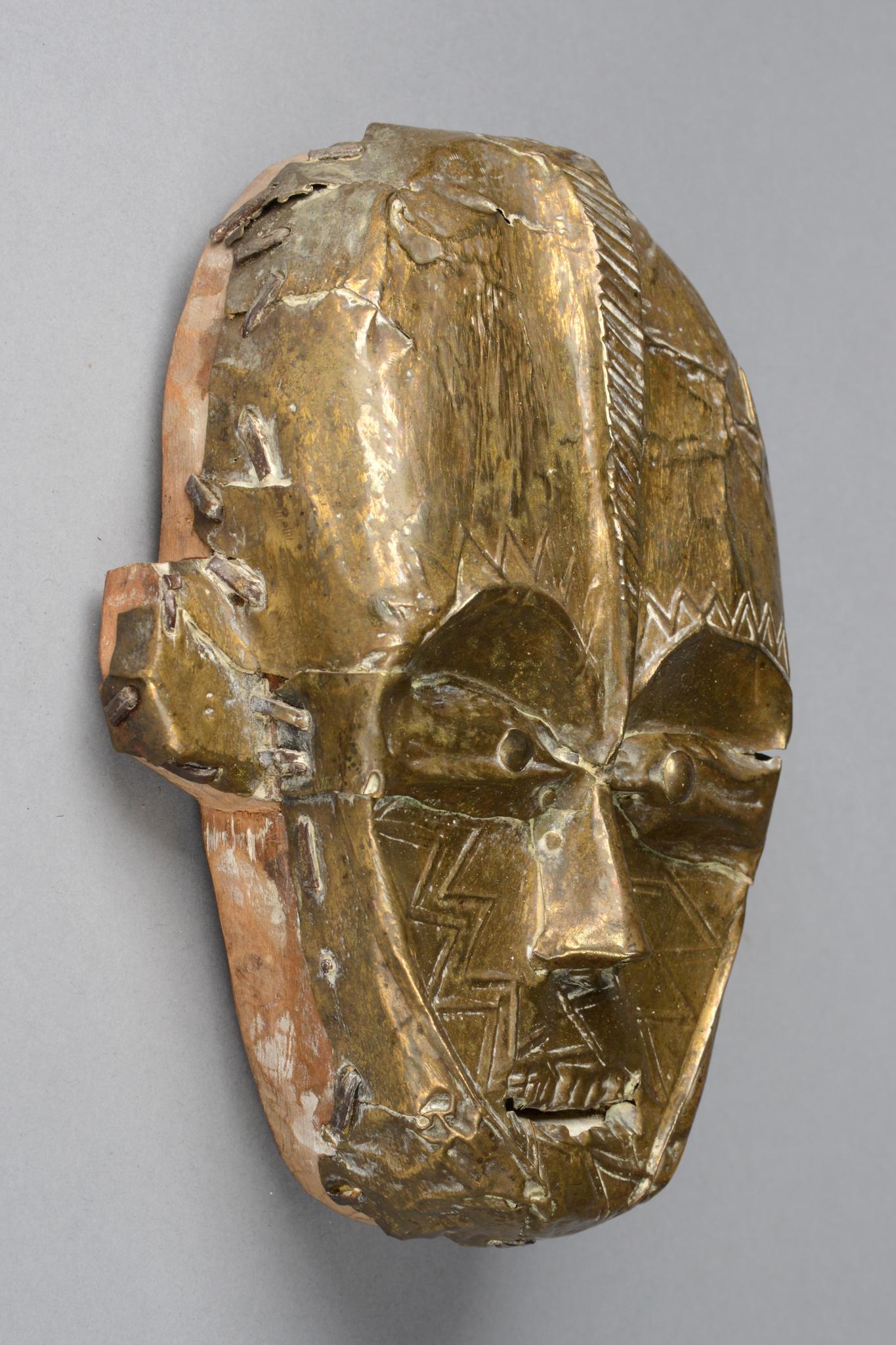 Maskenartige Kopfskulptur