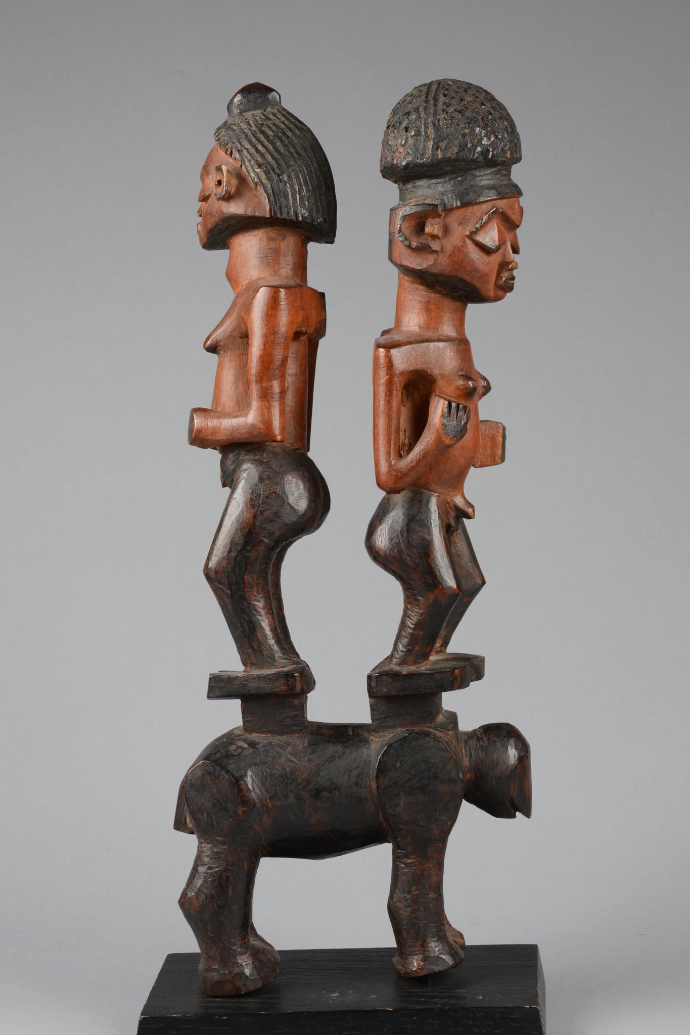 Männlich/weibliches Figurenpaar auf Vierbeiner