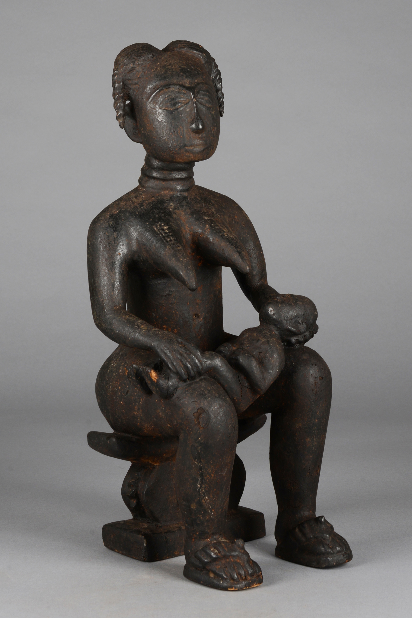 """Sitzende weibliche Figur mit Kind """"eli mansa"""""""