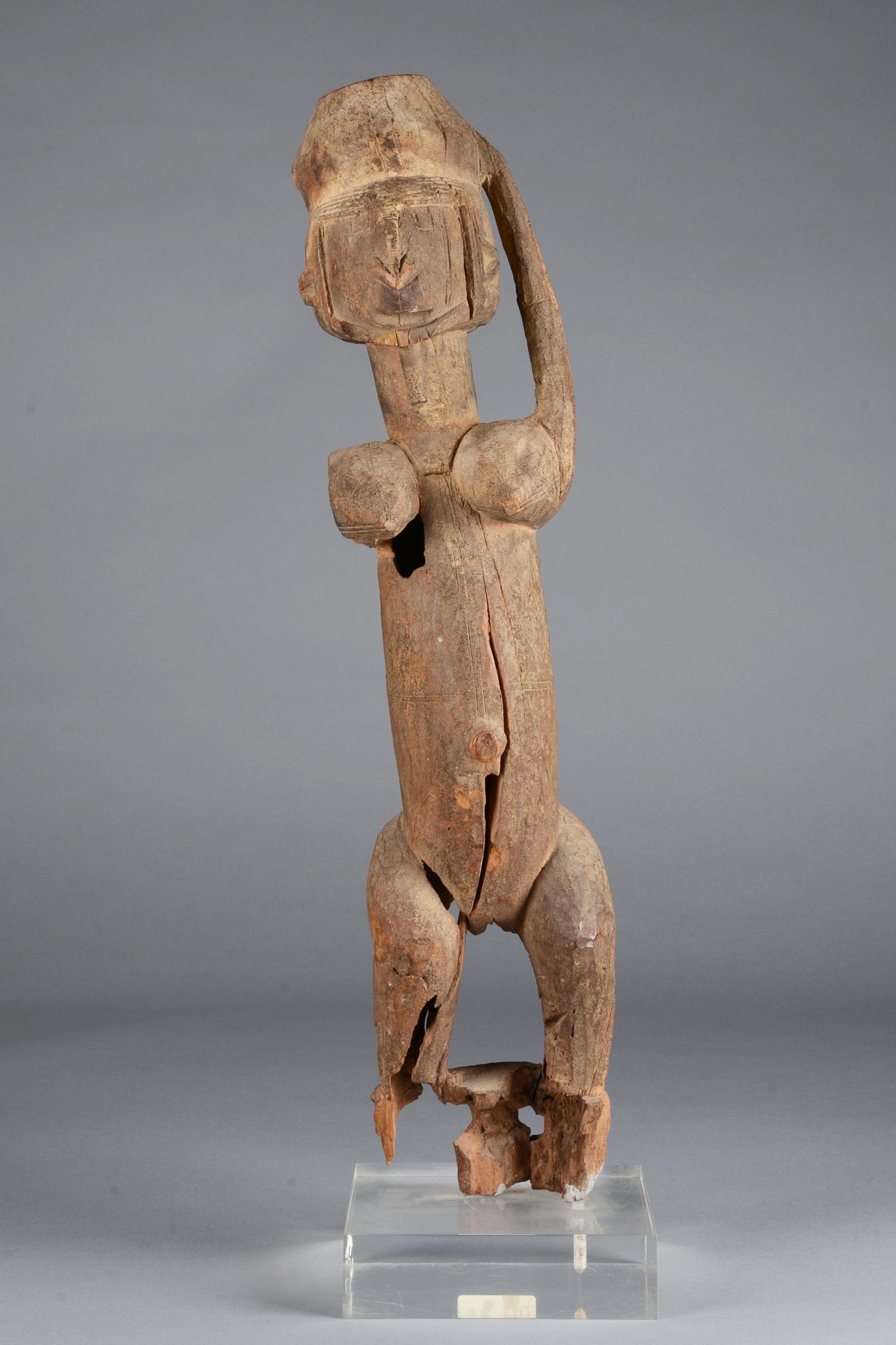 Stehende weibliche Figur mit Gefäß
