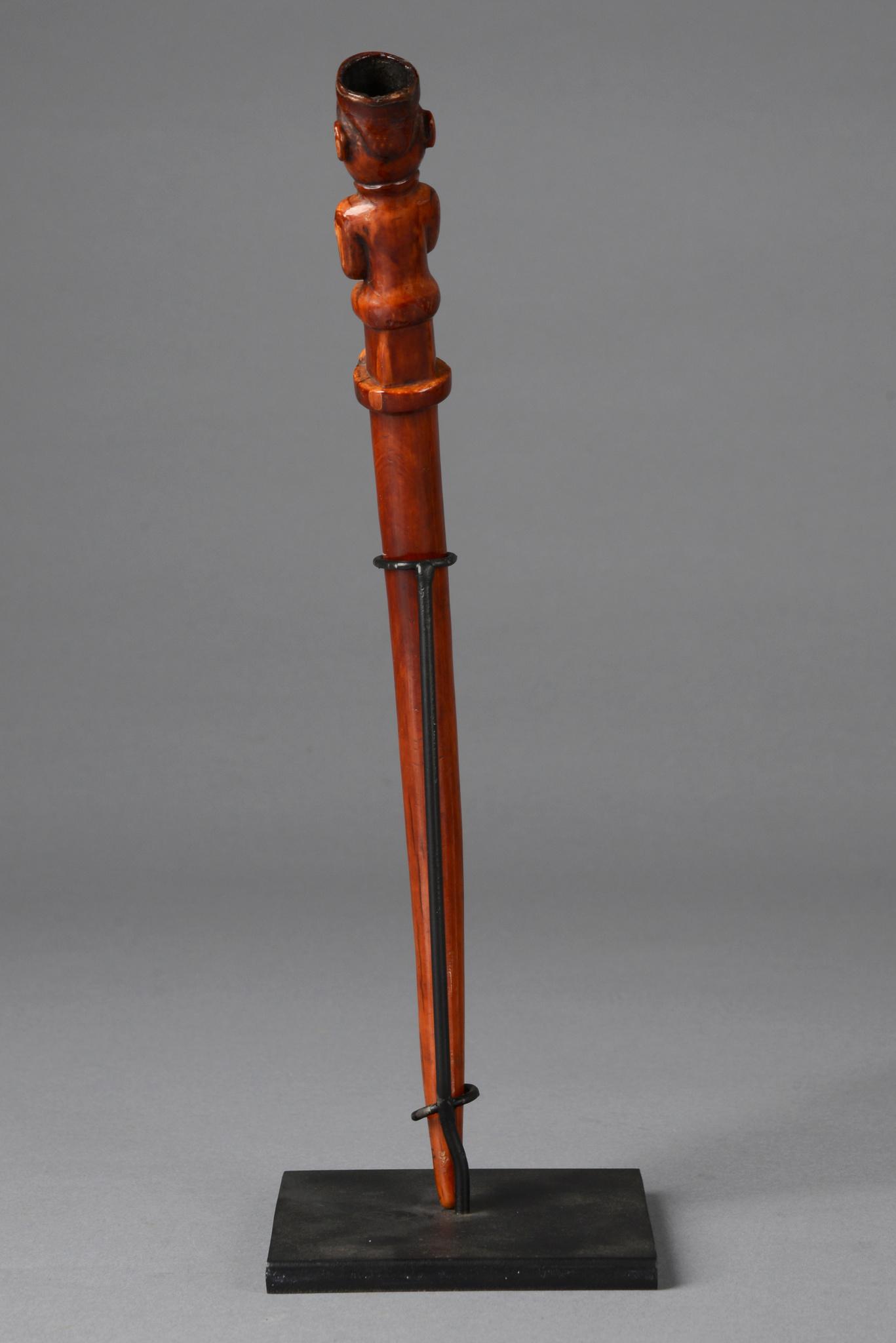 Figural beschnitzter Griff eines Fliegenwedels