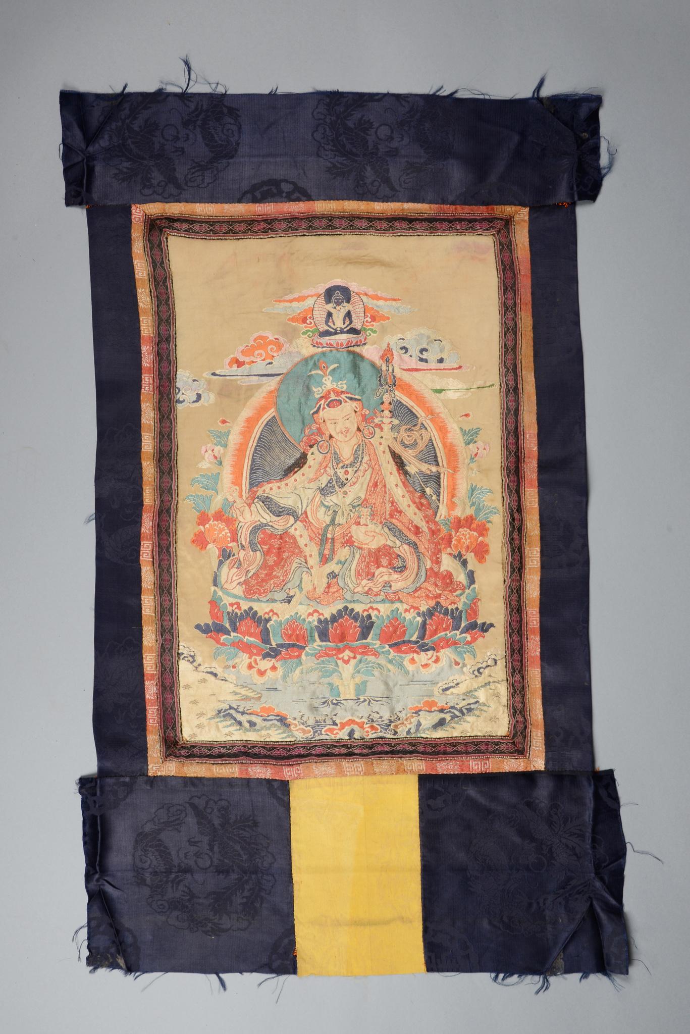 """Seltenes seidengewebtes Thangka mit der Darstellung """"Padmasambhavas"""", 19./ 20. Jahrhundert"""