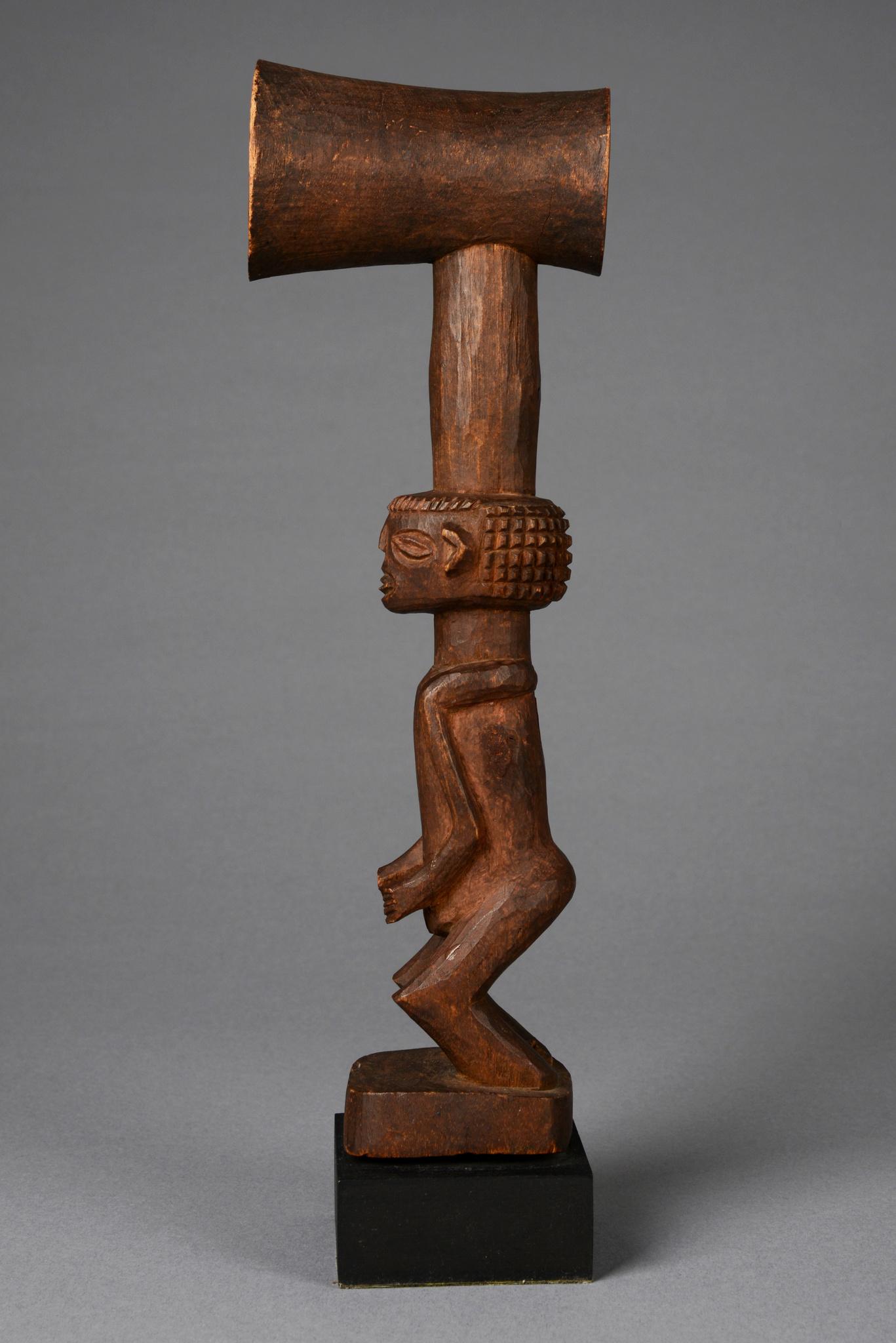 Figure avec cimier en forme de pipe