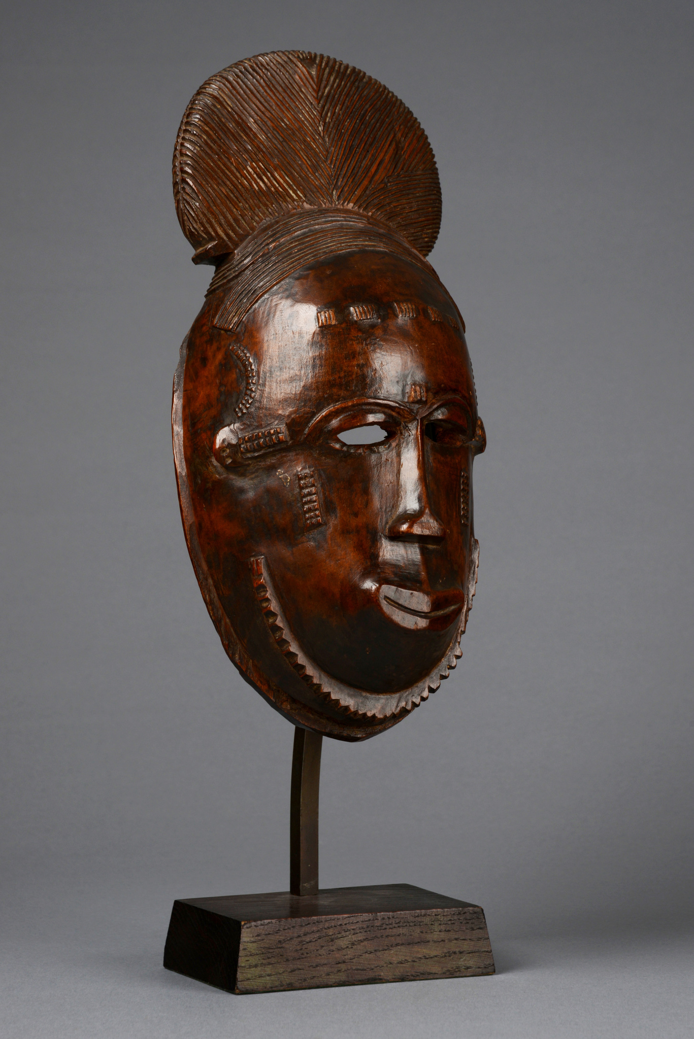 "Portrait mask ""ndoma"" of the ""mblo"" group"