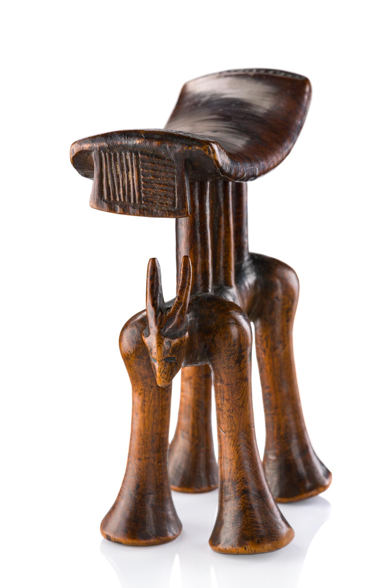 """Superbe appui-tête """"mutsago"""" en forme d'antilope, 19e siècle"""
