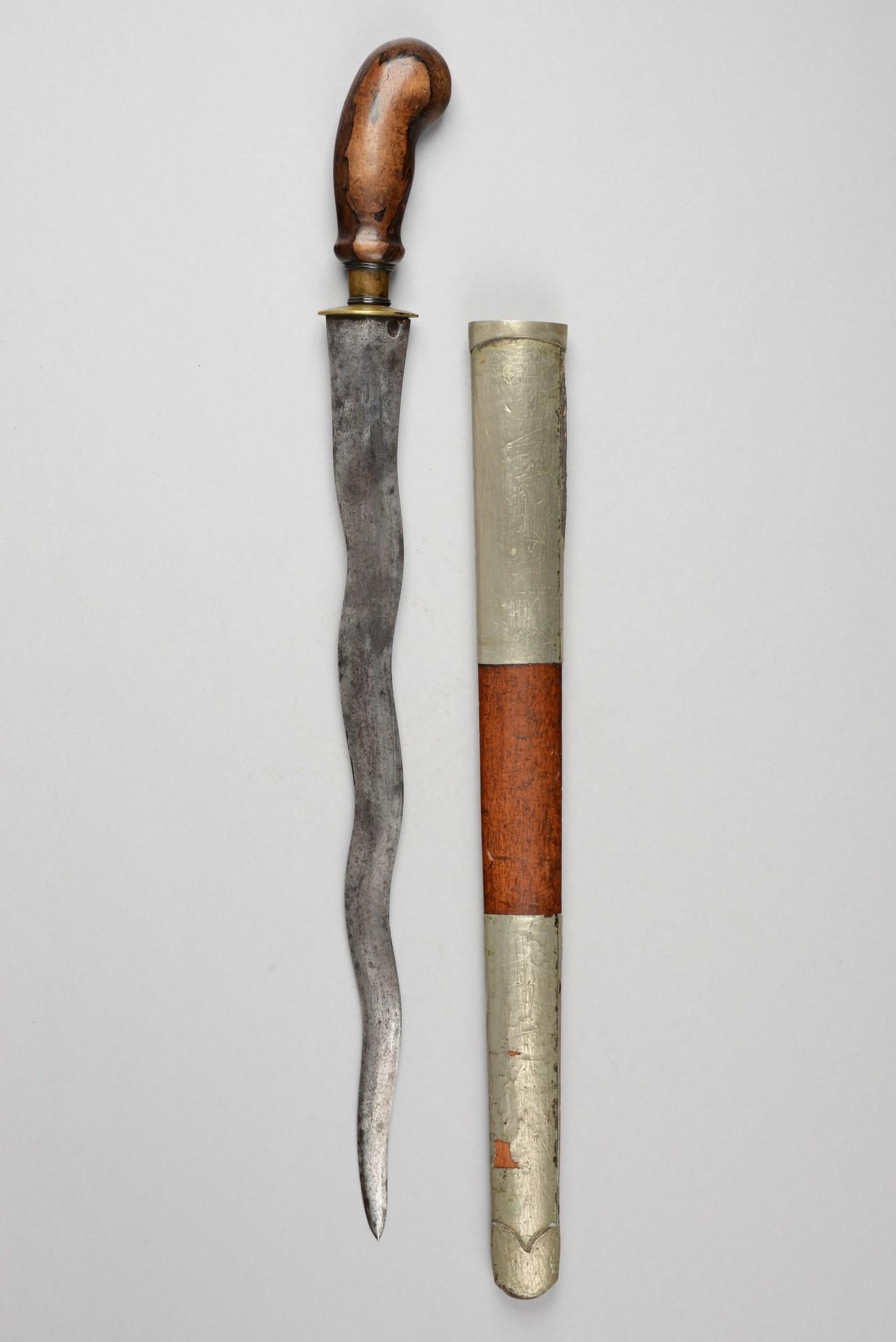 Dolch mit geflammter Klinge in Holzscheide