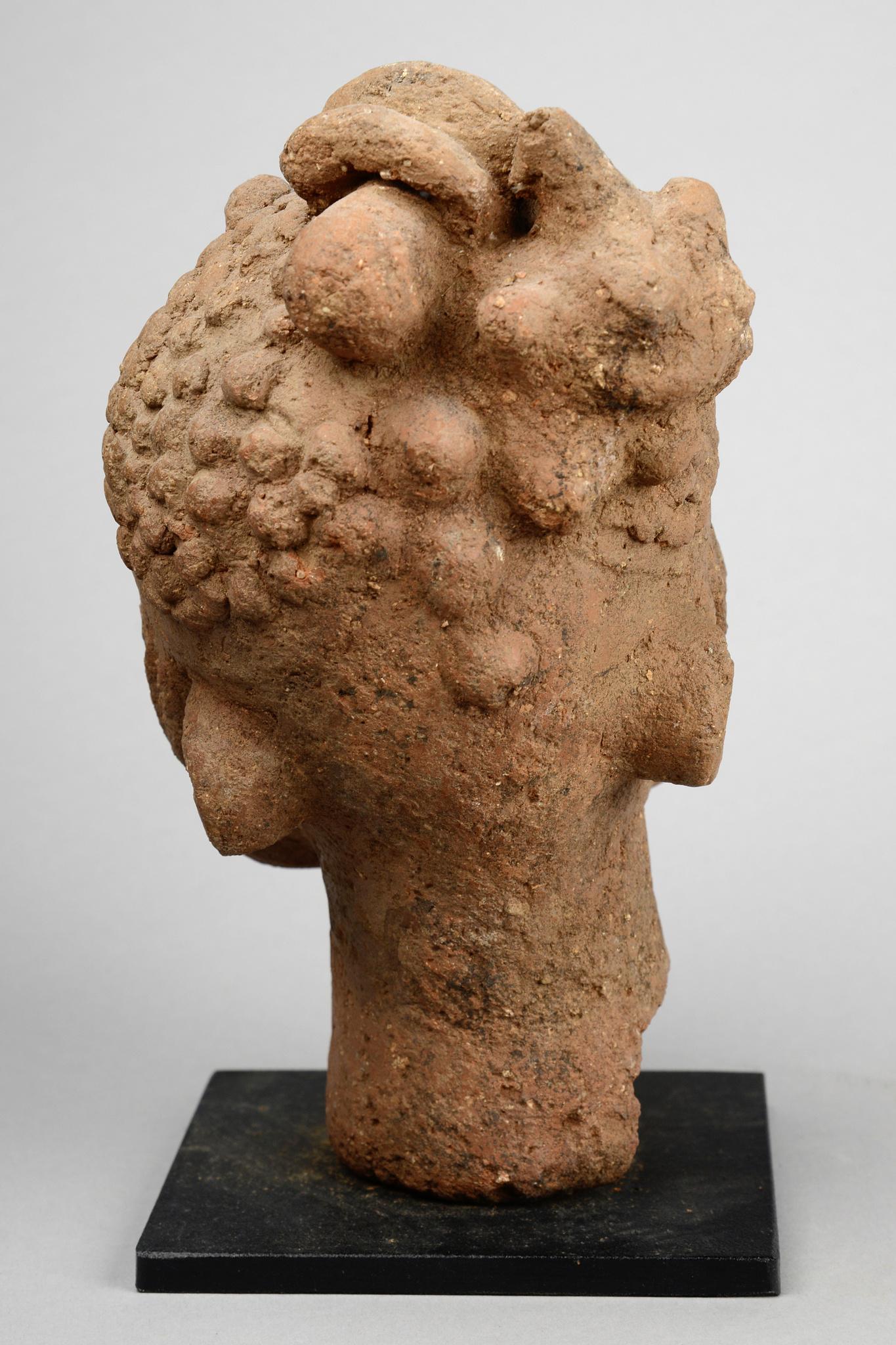 Tête commémorative avec coiffure asymétrique