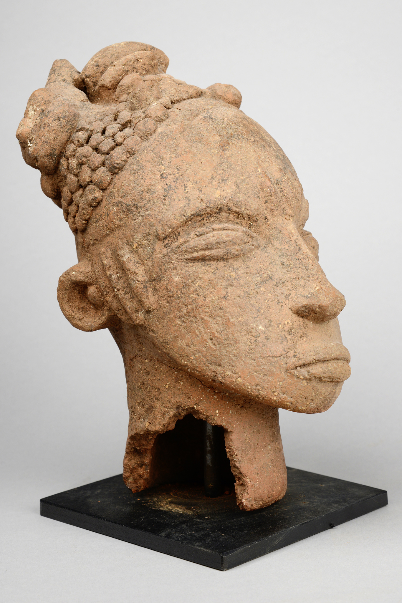 Memorial head with asymmetrical hairstyle