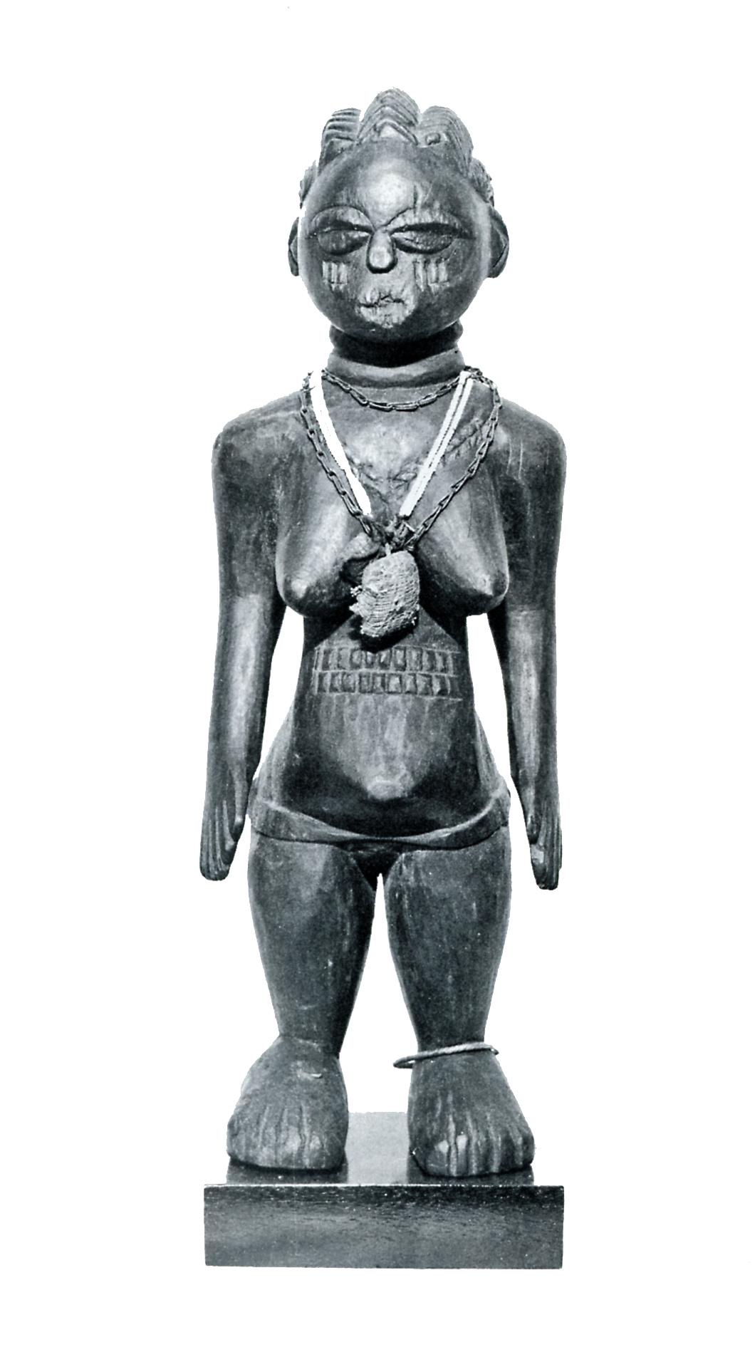 Weibliche Figur mit magischen Anhängseln