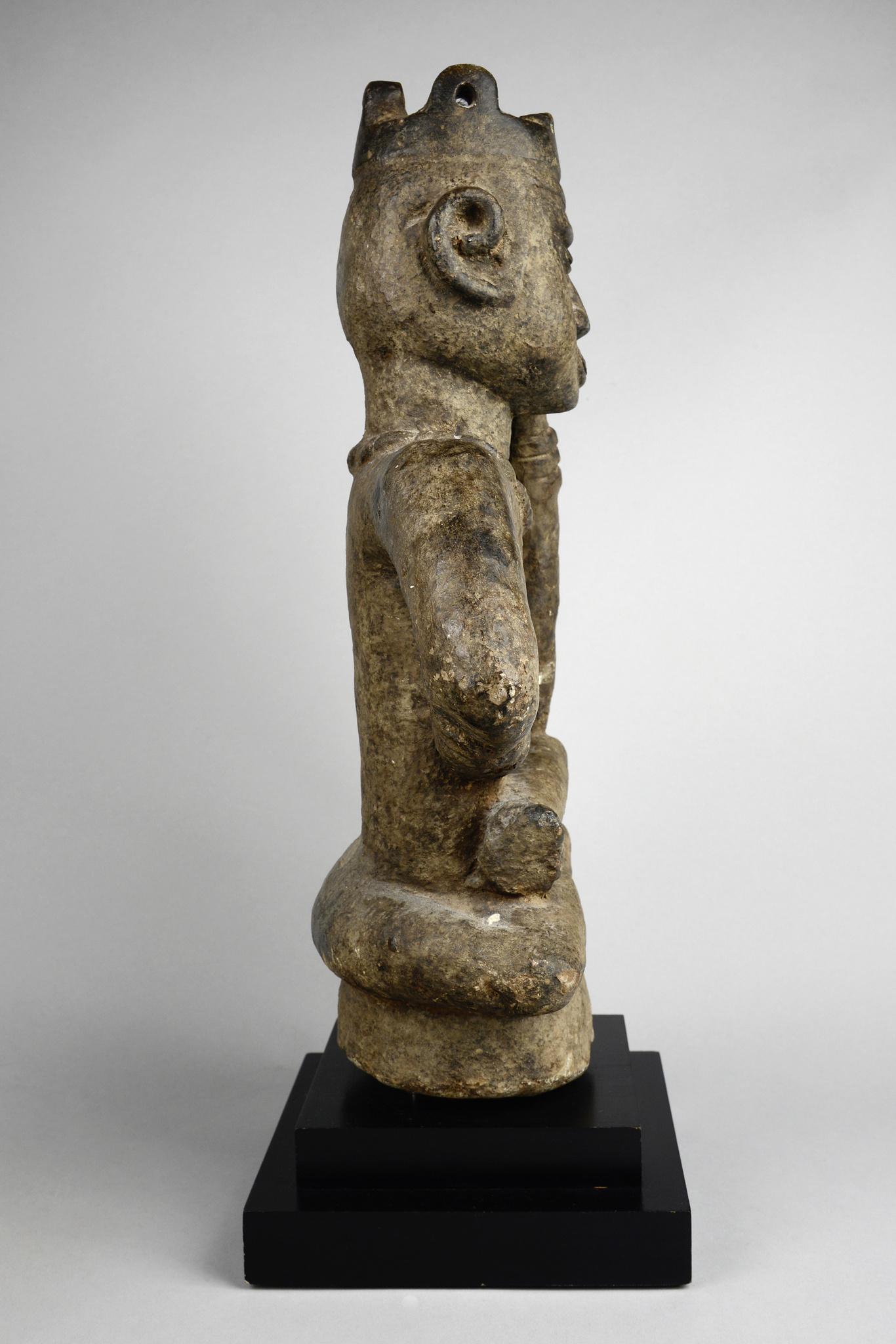 "Grave figure ""ntadi"" in reflective posture (""fumani"")"