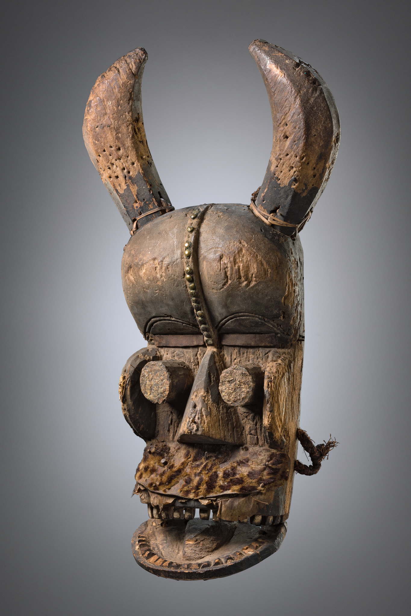 Large mask with articulated jaw