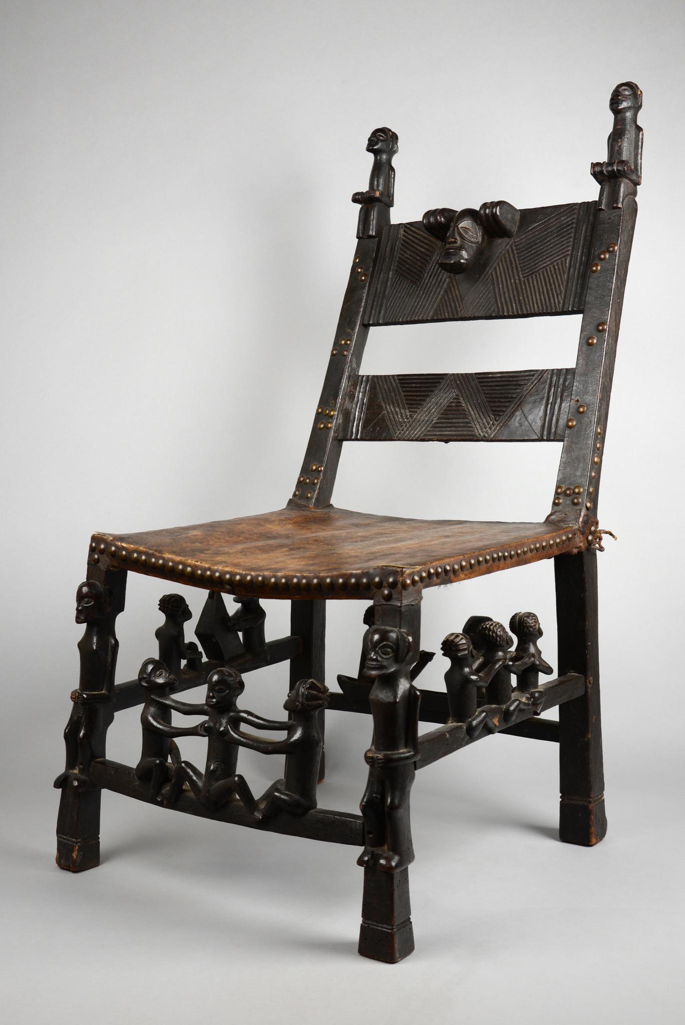 Häuptlingsstuhl mit figuralem Schmuck
