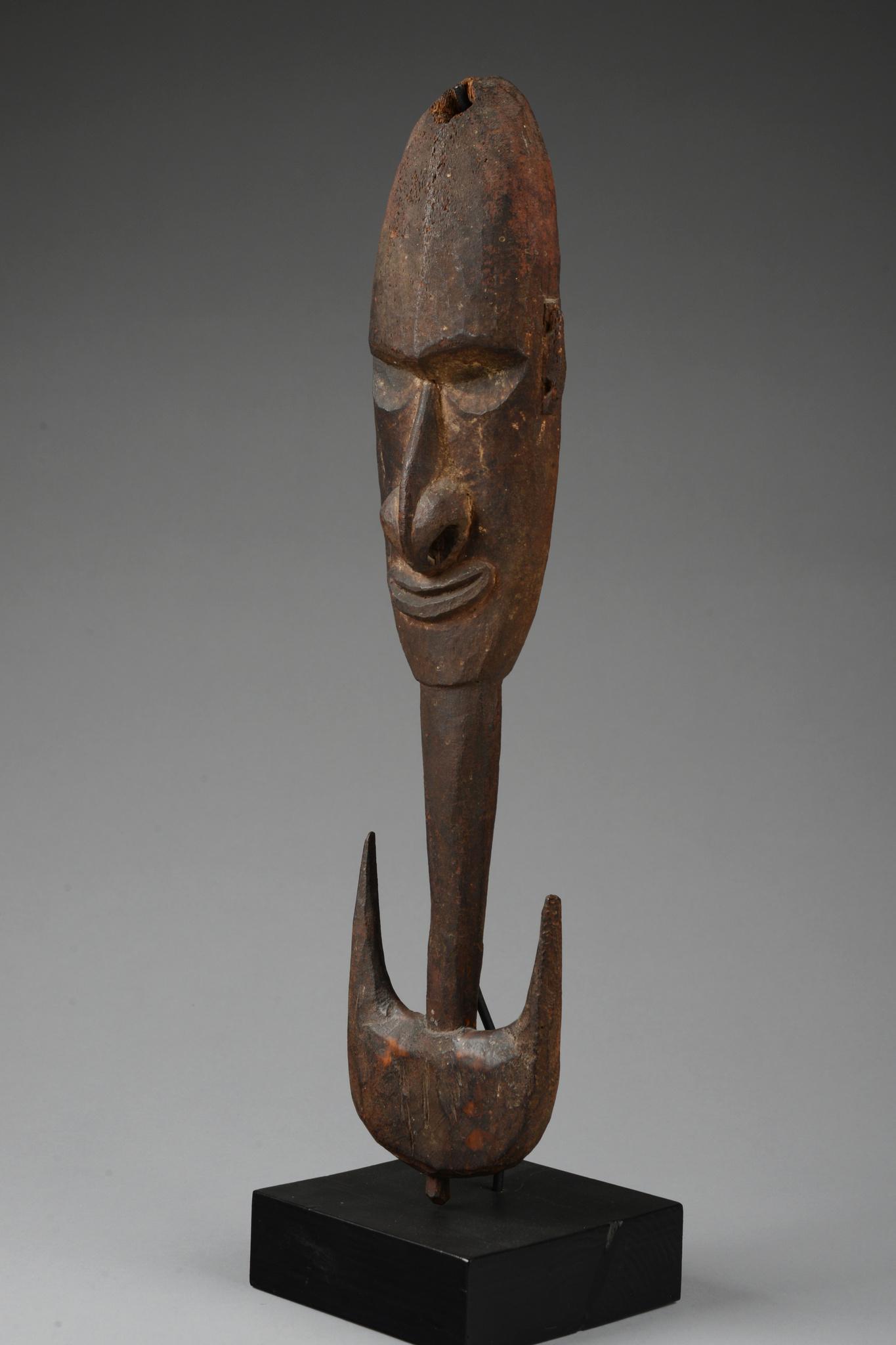 Kleiner Aufhängehaken mit anthropomorphem Gesicht