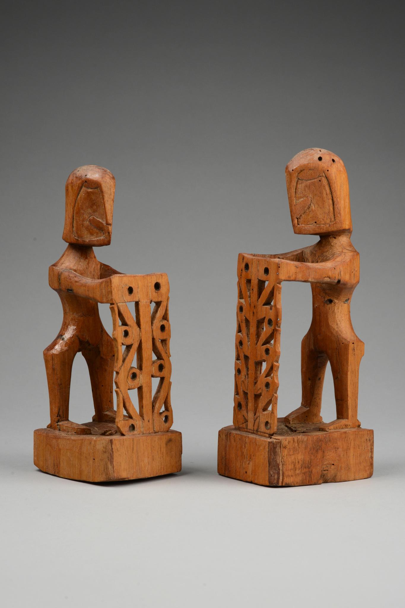 """Zwei Ahnenfiguren """"korwar"""" mit Schild"""