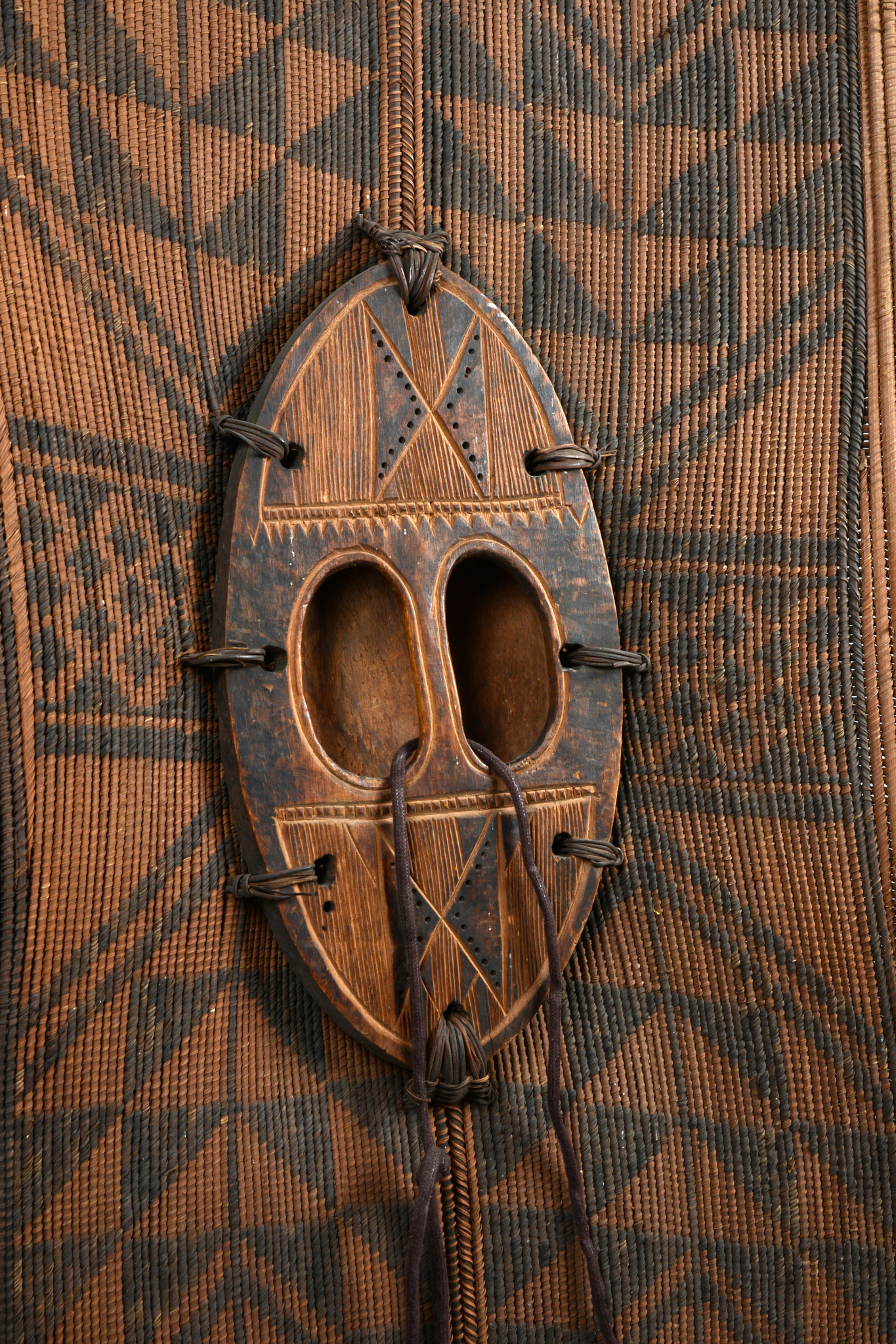 """Large wicker shield """"ngubo / """"ngabo"""""""