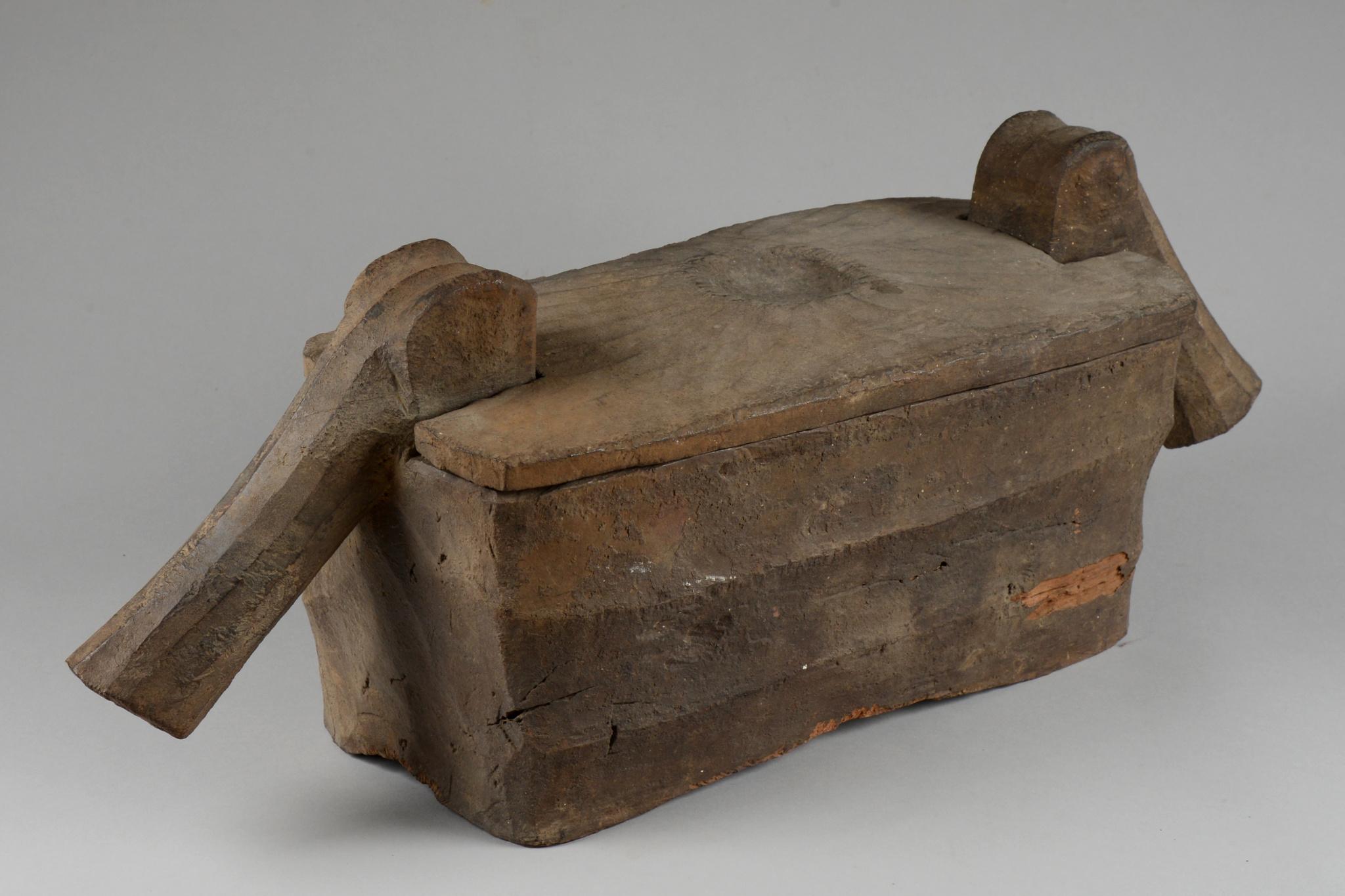 "Ritual box with lid ""punamhan"""