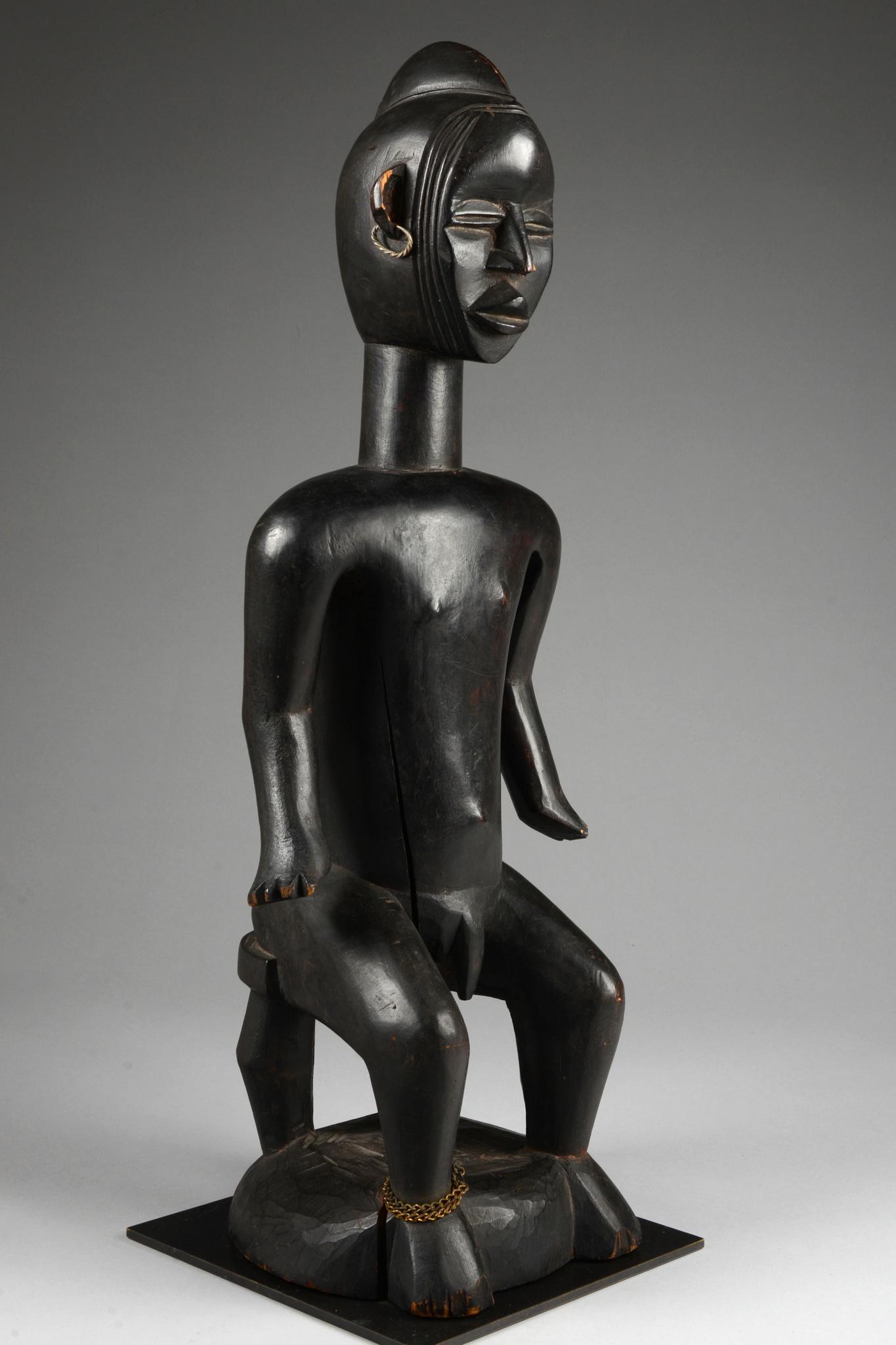 "Seated male figure ""lü mä"""