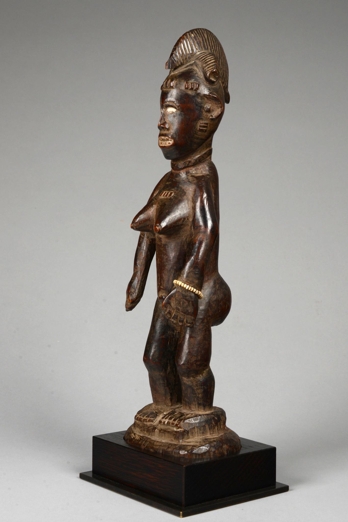 "Standing female figure ""mi iri nä"""